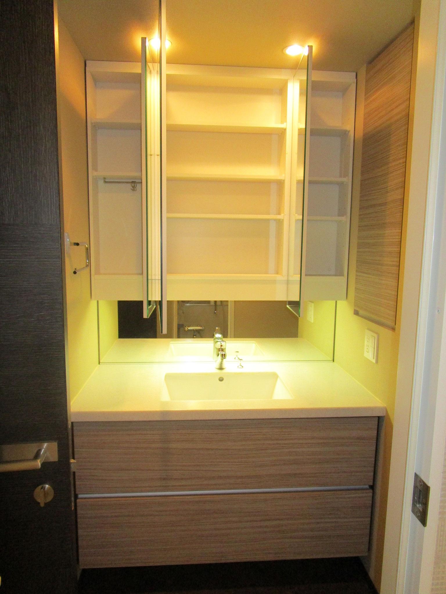 洗面台は三面鏡付き(鏡の裏側は収納スペースです)