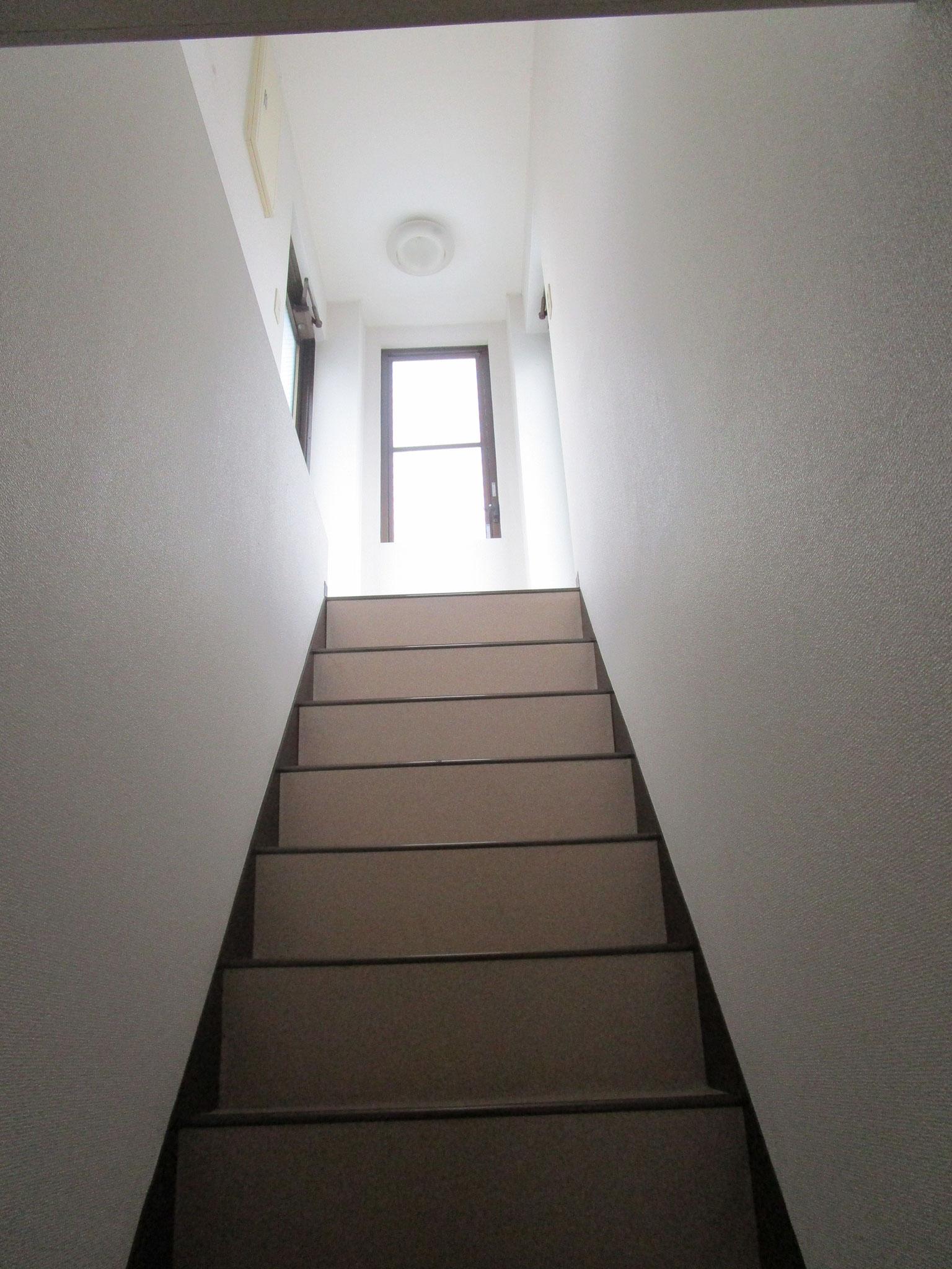 その右側の階段を上がると両側に屋上へのドアがあります