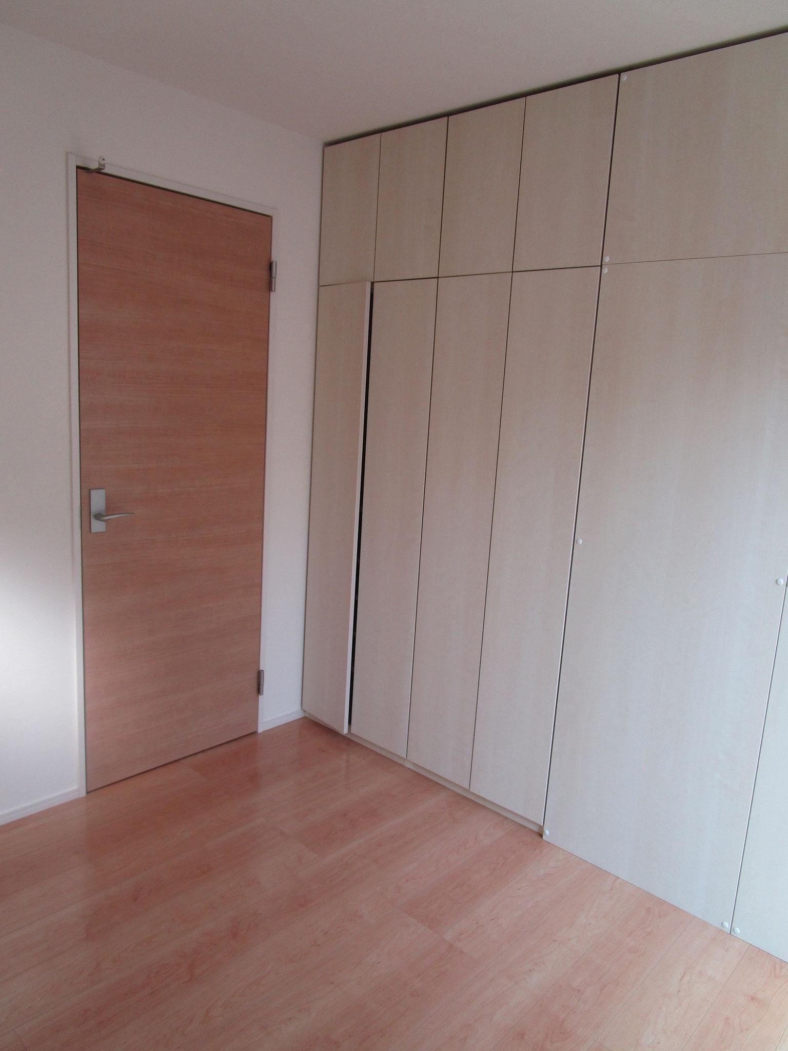 廊下をはさんで、一つ目の洋室(約4帖)