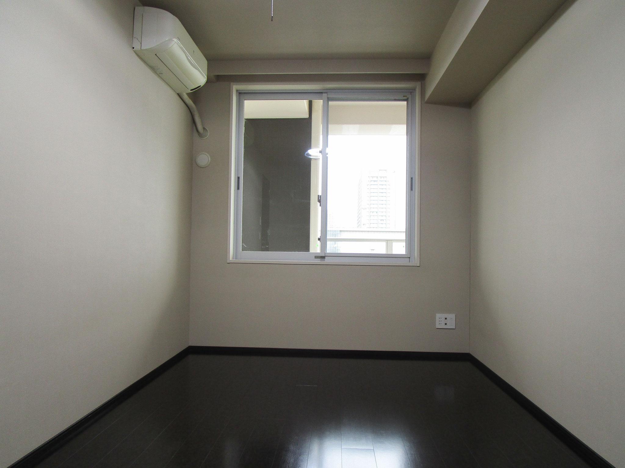 バルコニー方向に窓があります。エアコン付き