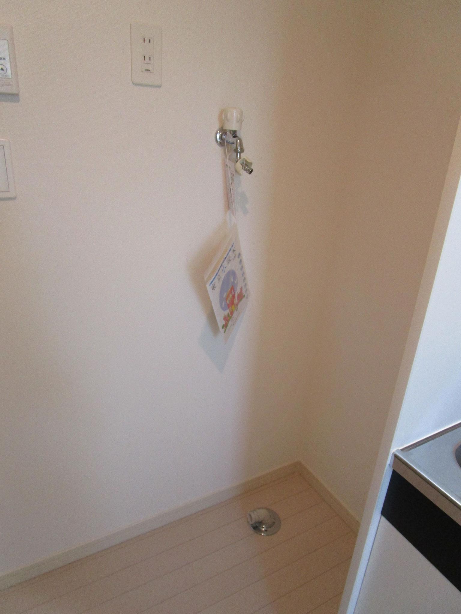 玄関を入って左側に洗濯機置場