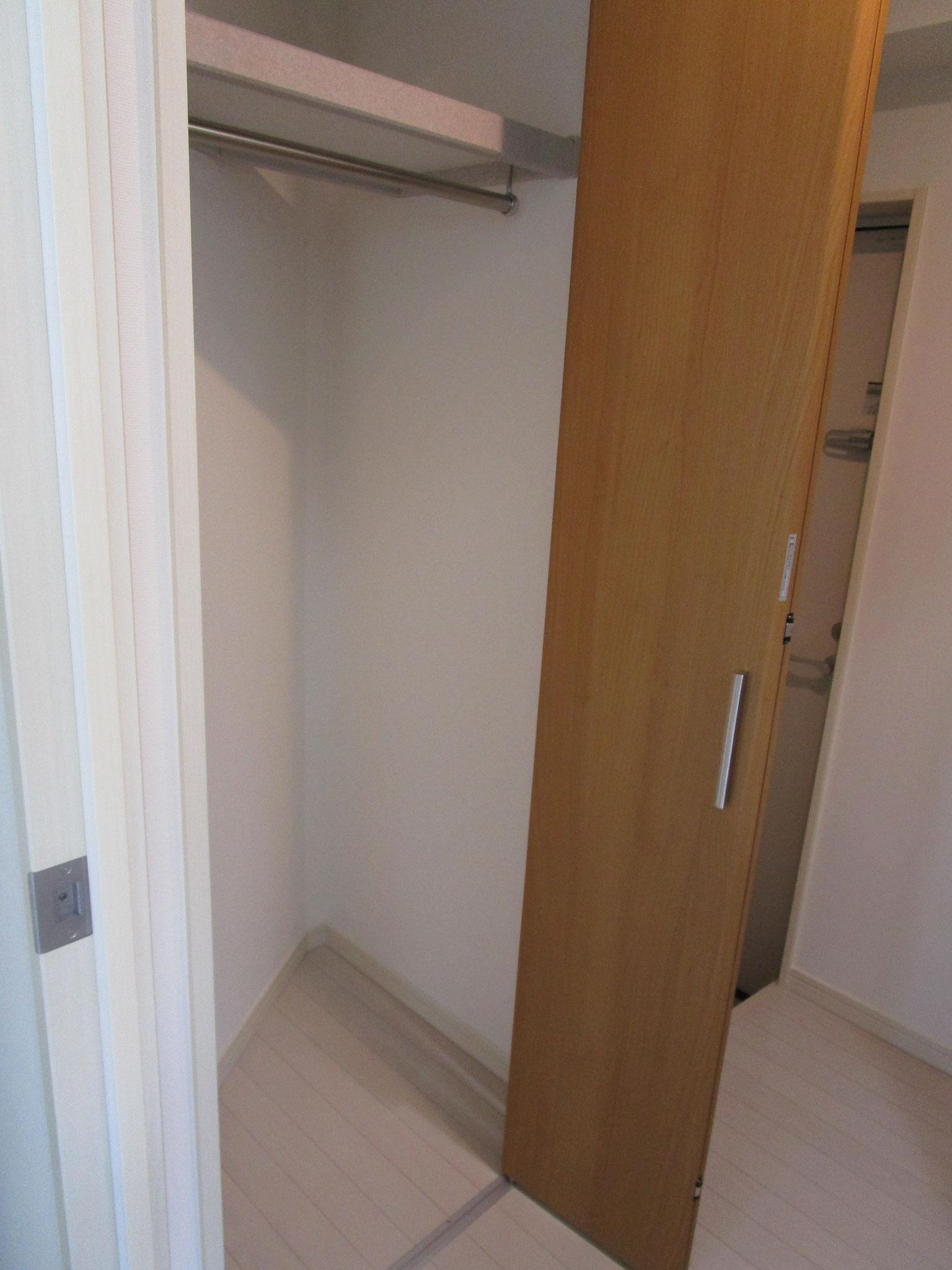 キッチンと向かい合わせに扉付きの収納があります