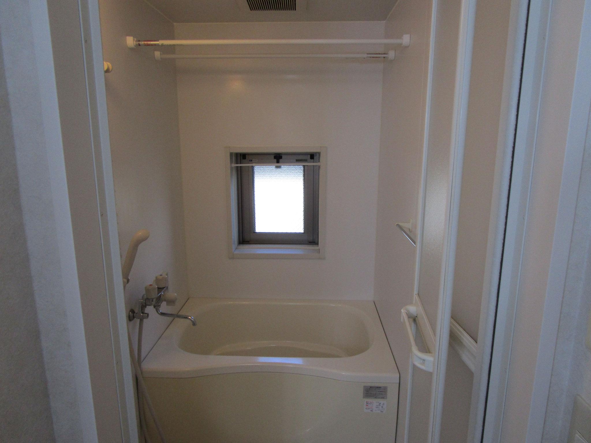 その奥は浴室。窓があります