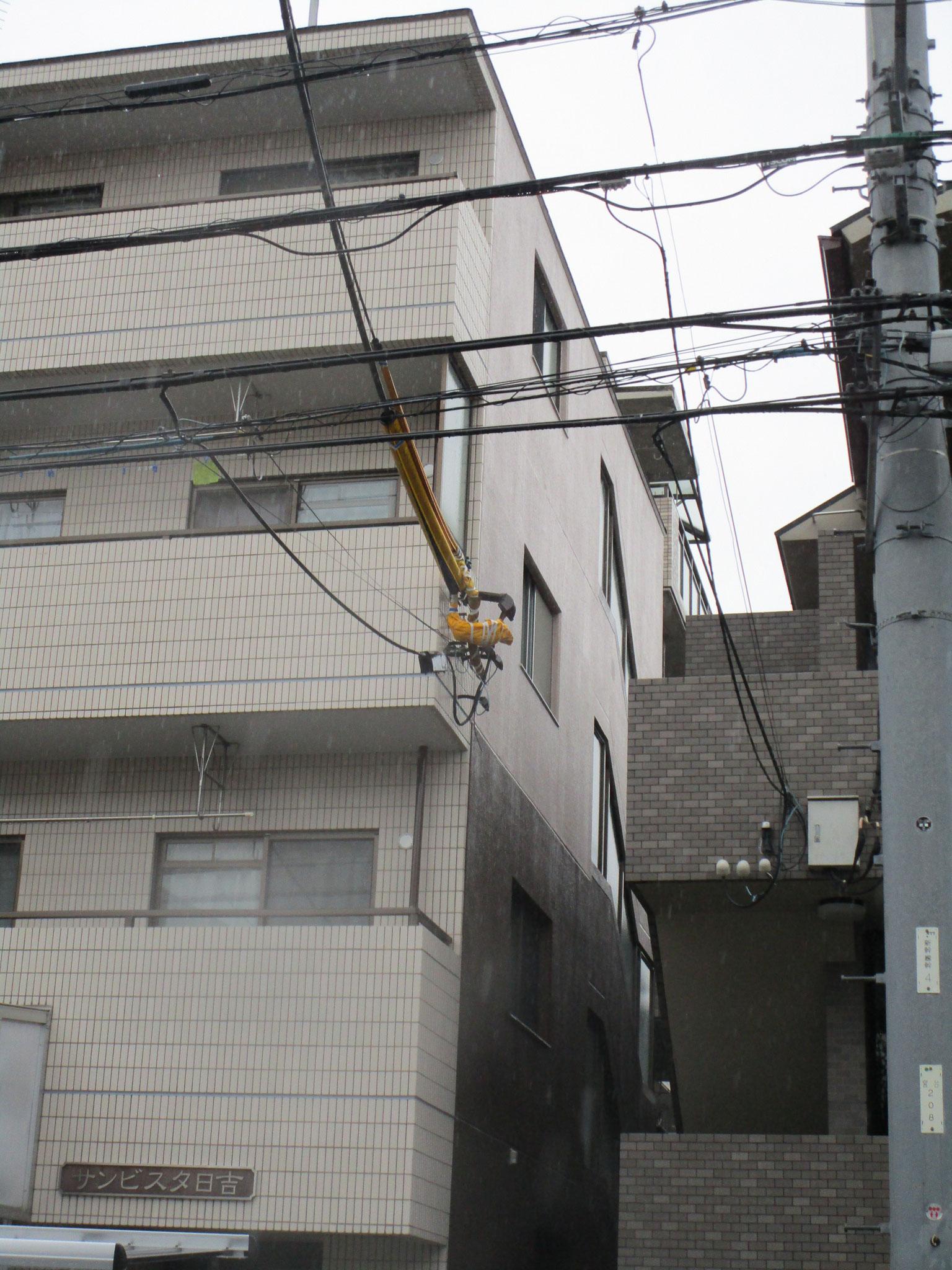 建物左側・背面は、2階まではセピア色で、3階以上はシャンパンで外壁塗装