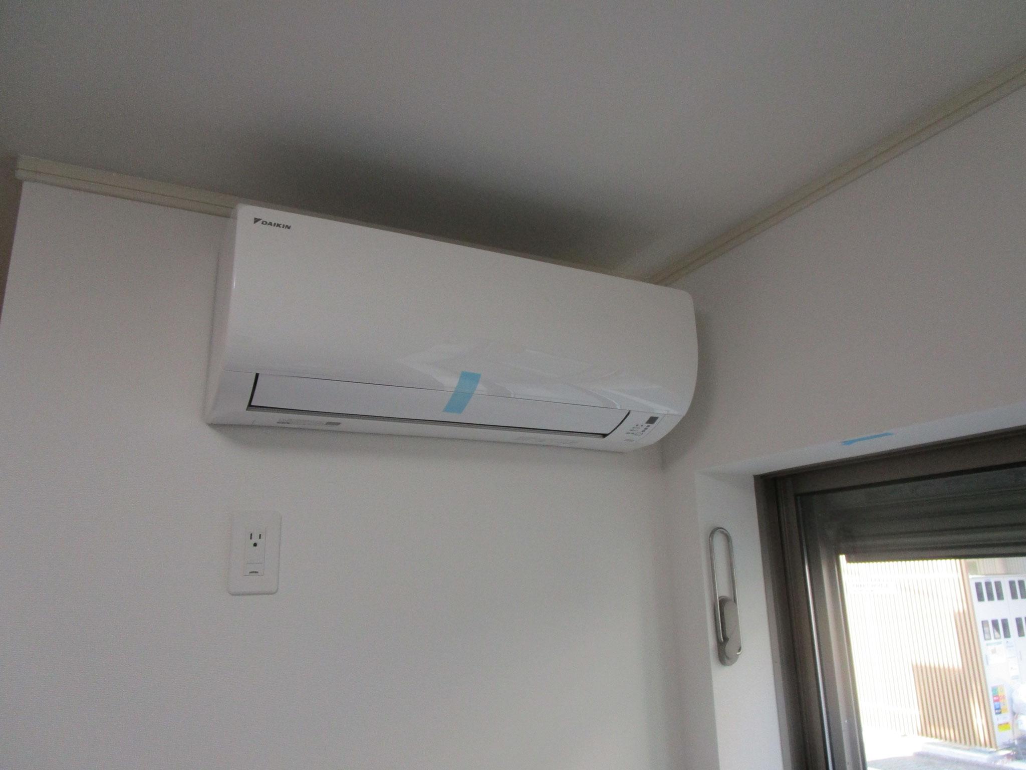 エアコン付き、窓には室内用物干金物設置