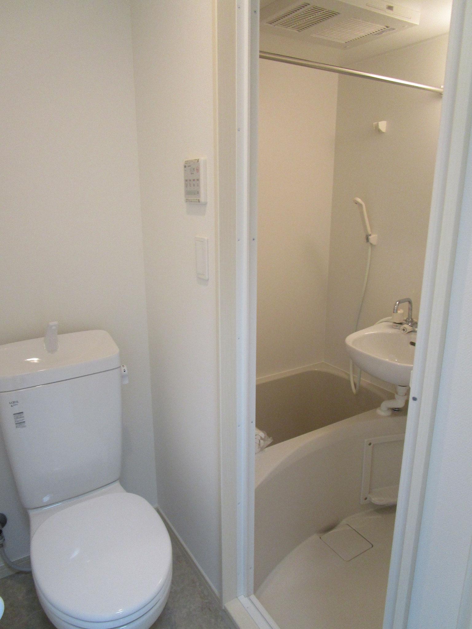 木目調の扉を開けると、トイレと、奥は浴室です