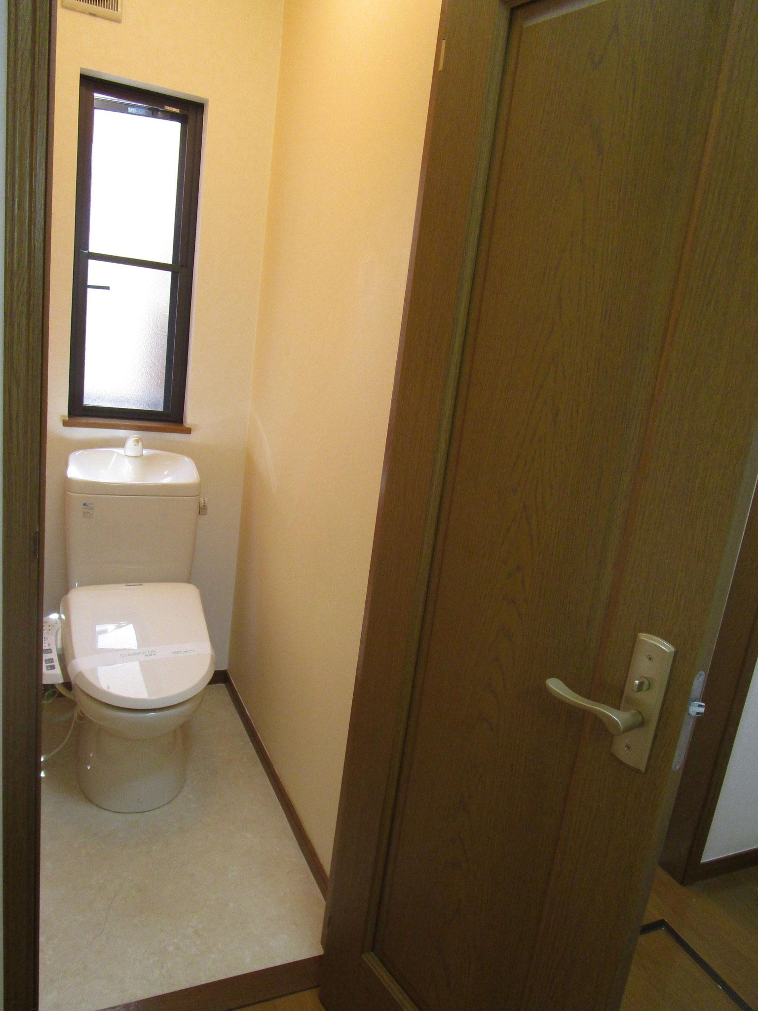 トイレは温水洗浄便座付き。窓もあります