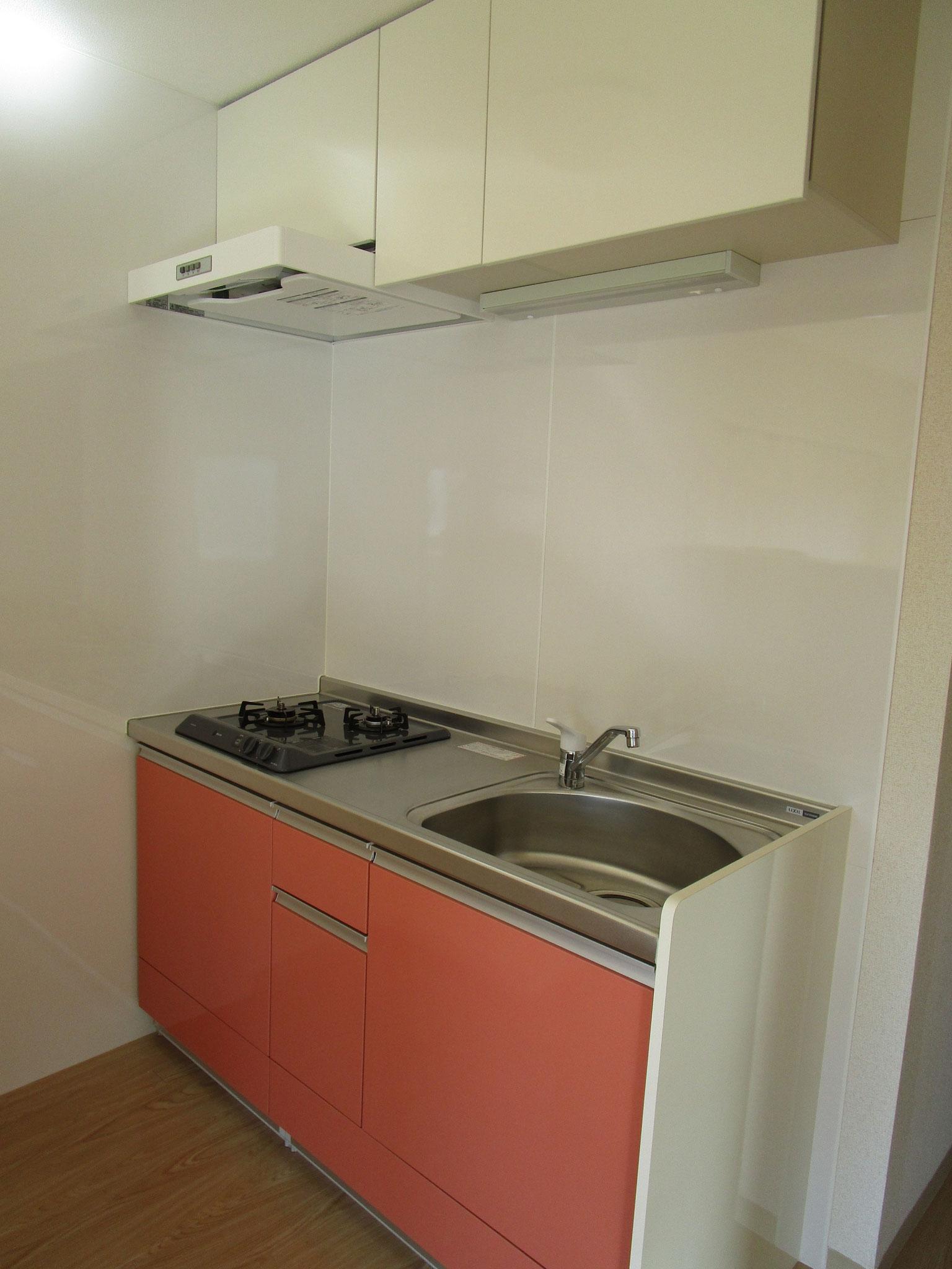 キッチン。上部に棚があります