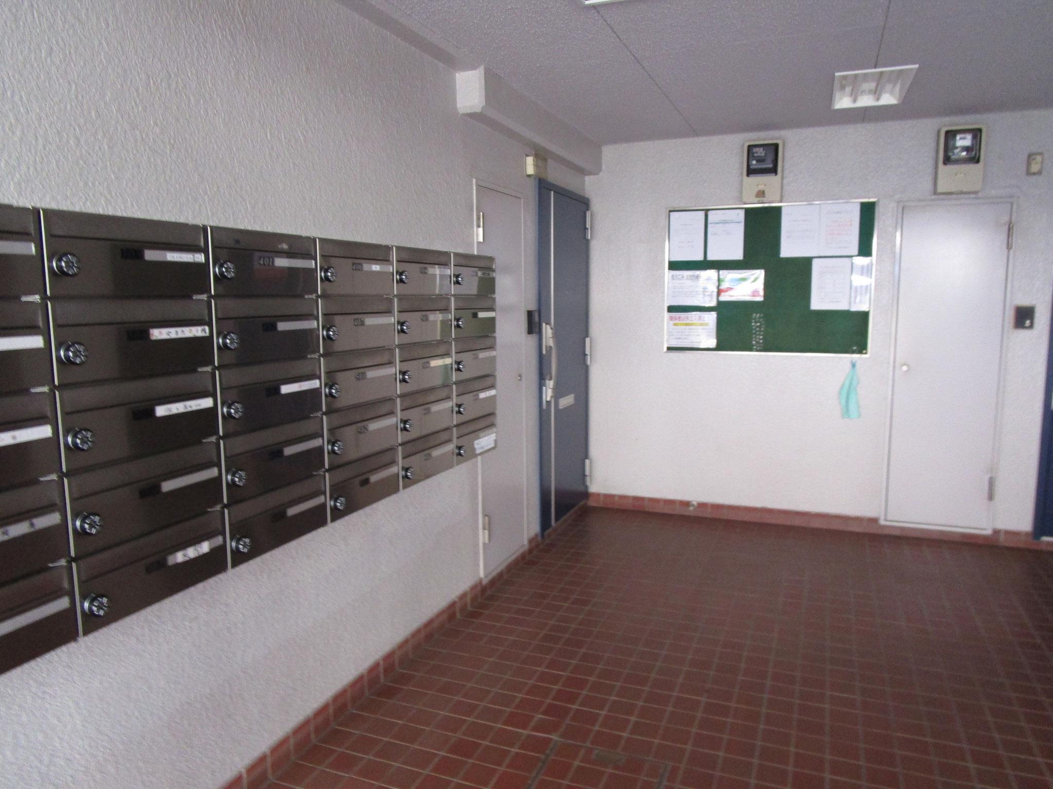 エントランスを入って左側はメールBOXコーナー