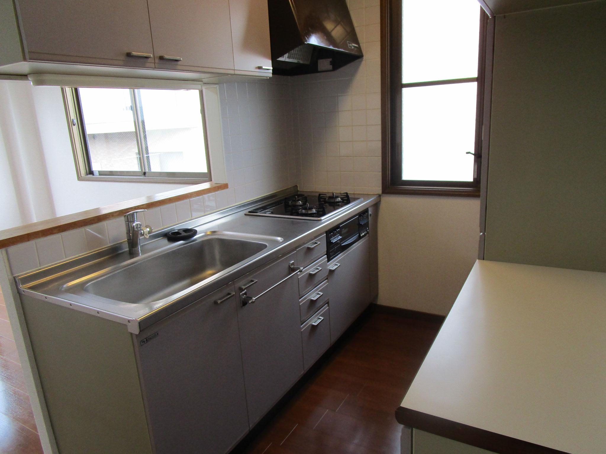 対面式キッチン(3口ガスコンロ・グリル付き)です
