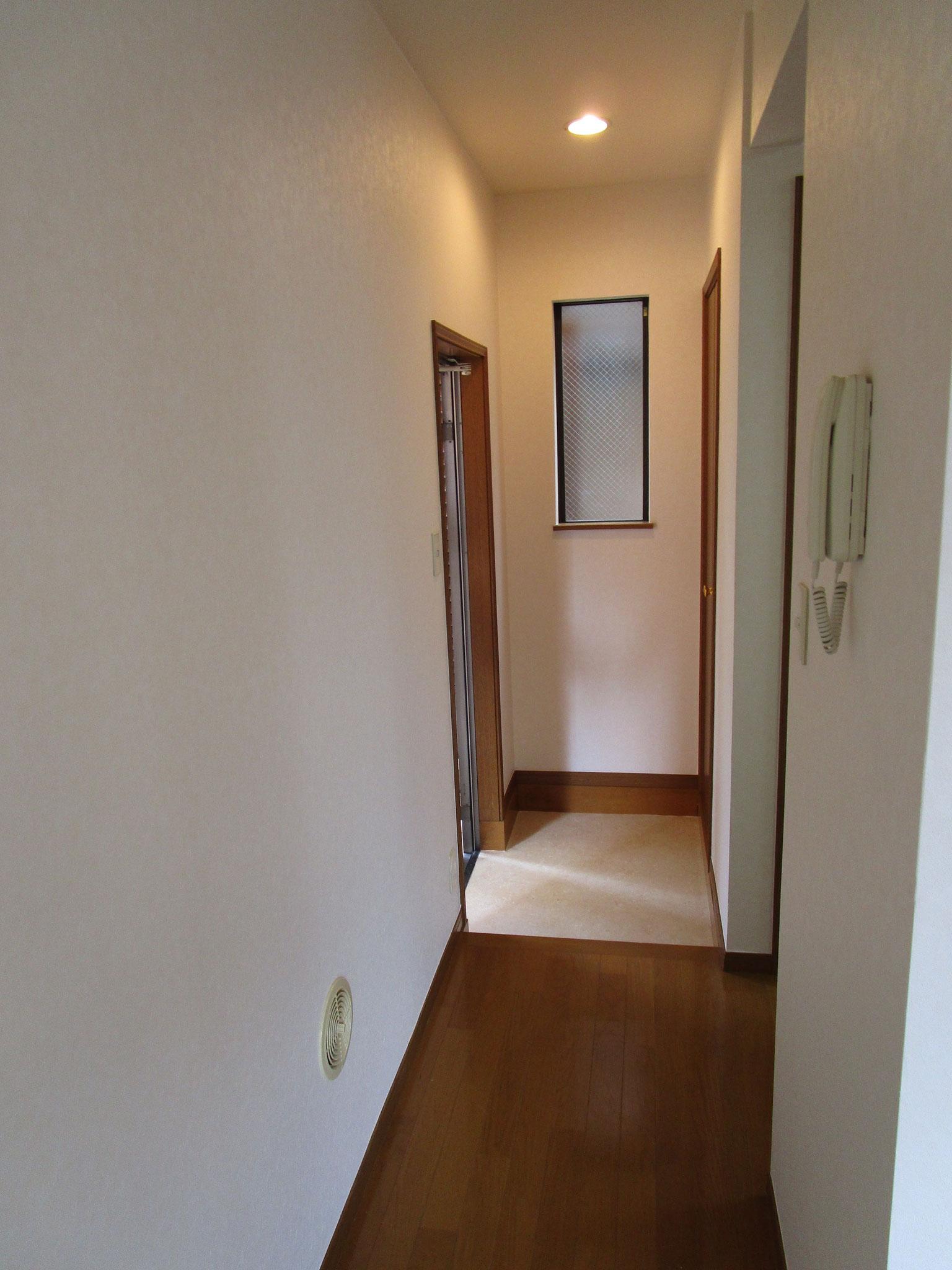 廊下の奥側から玄関方向の眺め
