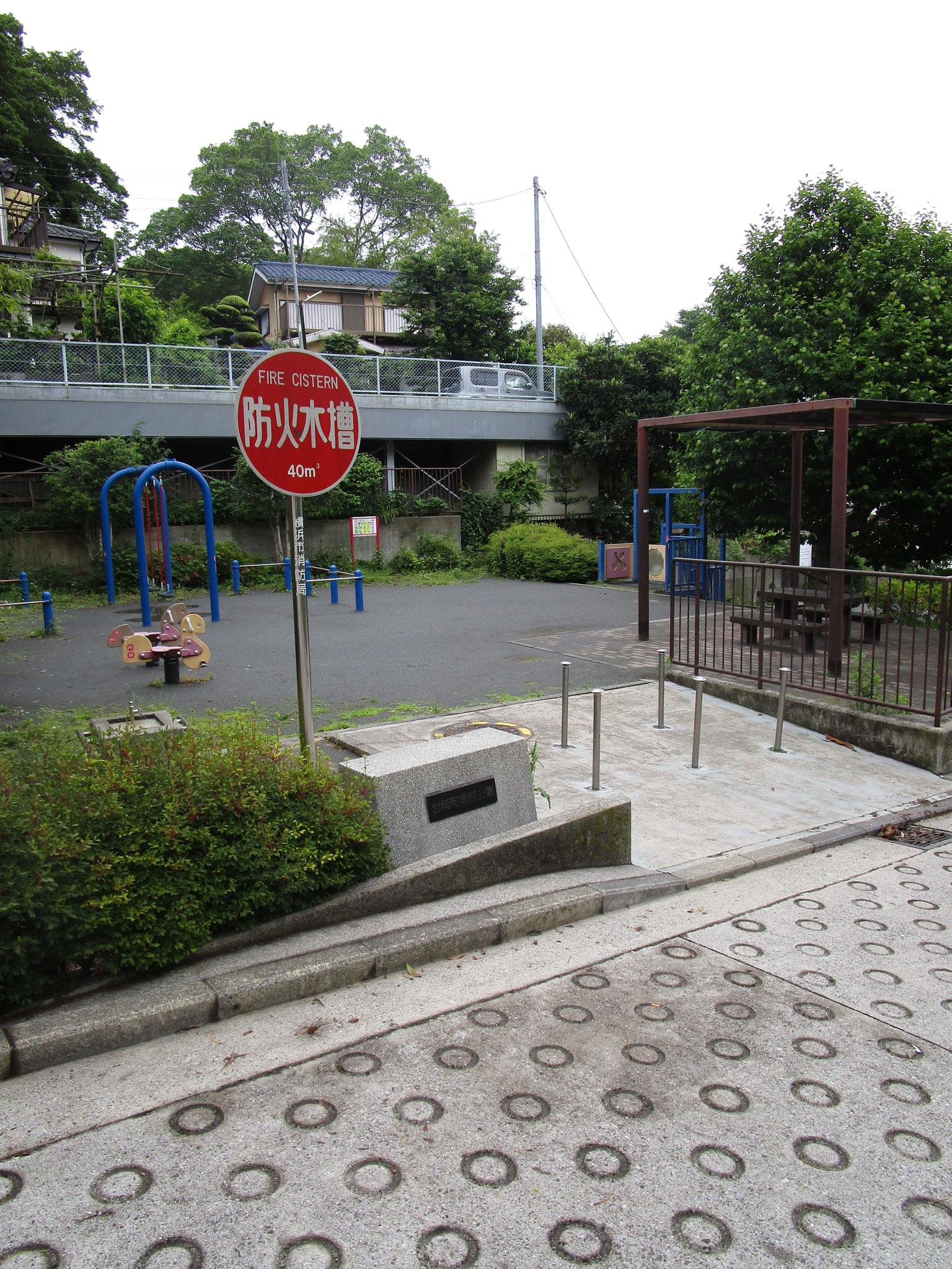 道を挟んで向かい側にマンションの提供公園あり