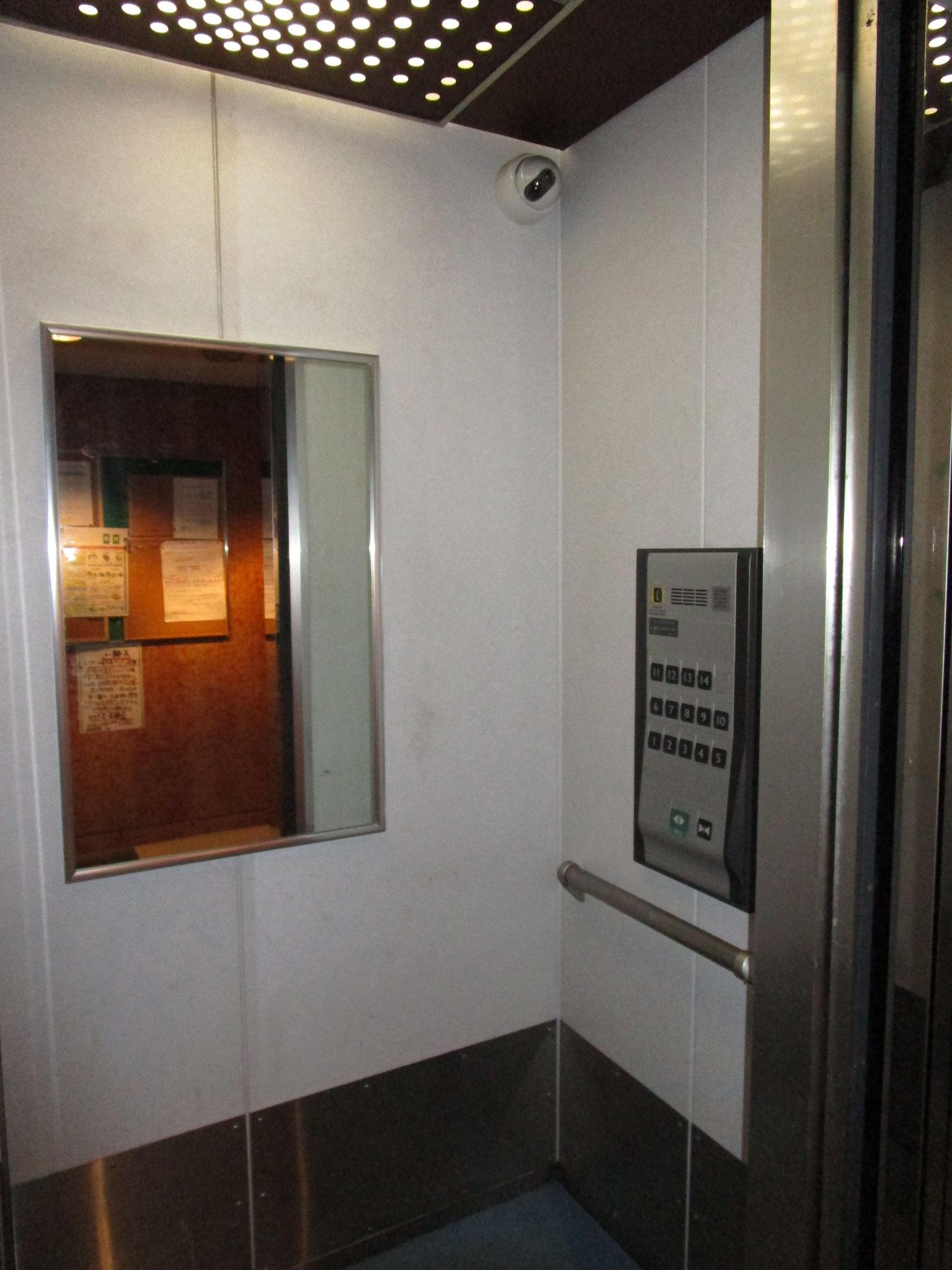 エレベーター内には鏡と防犯カメラ