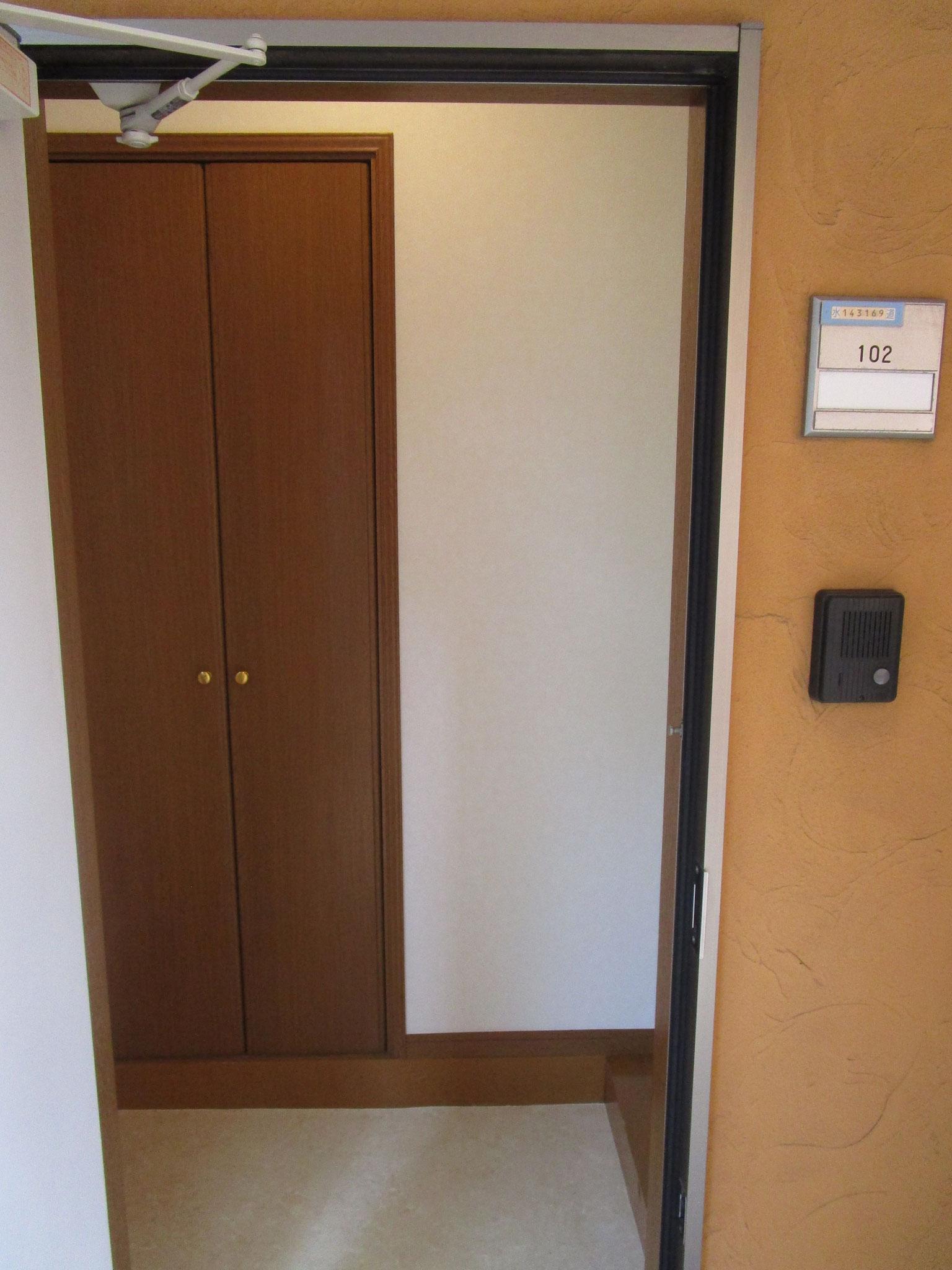 玄関の扉を開けると正面に扉付きの大きな収納