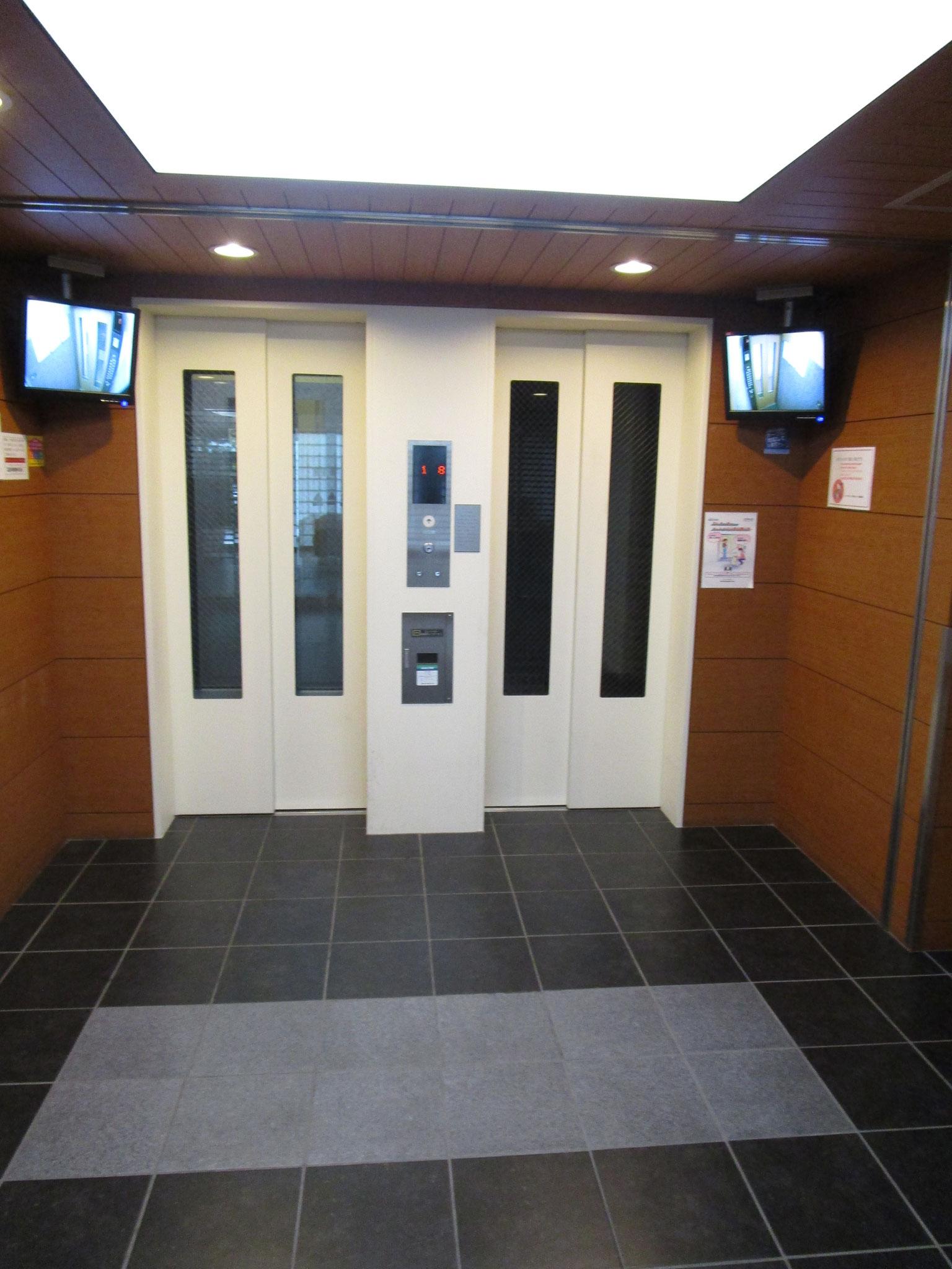 エレベーターは2基。鍵が無いと呼べません。モニター付きです