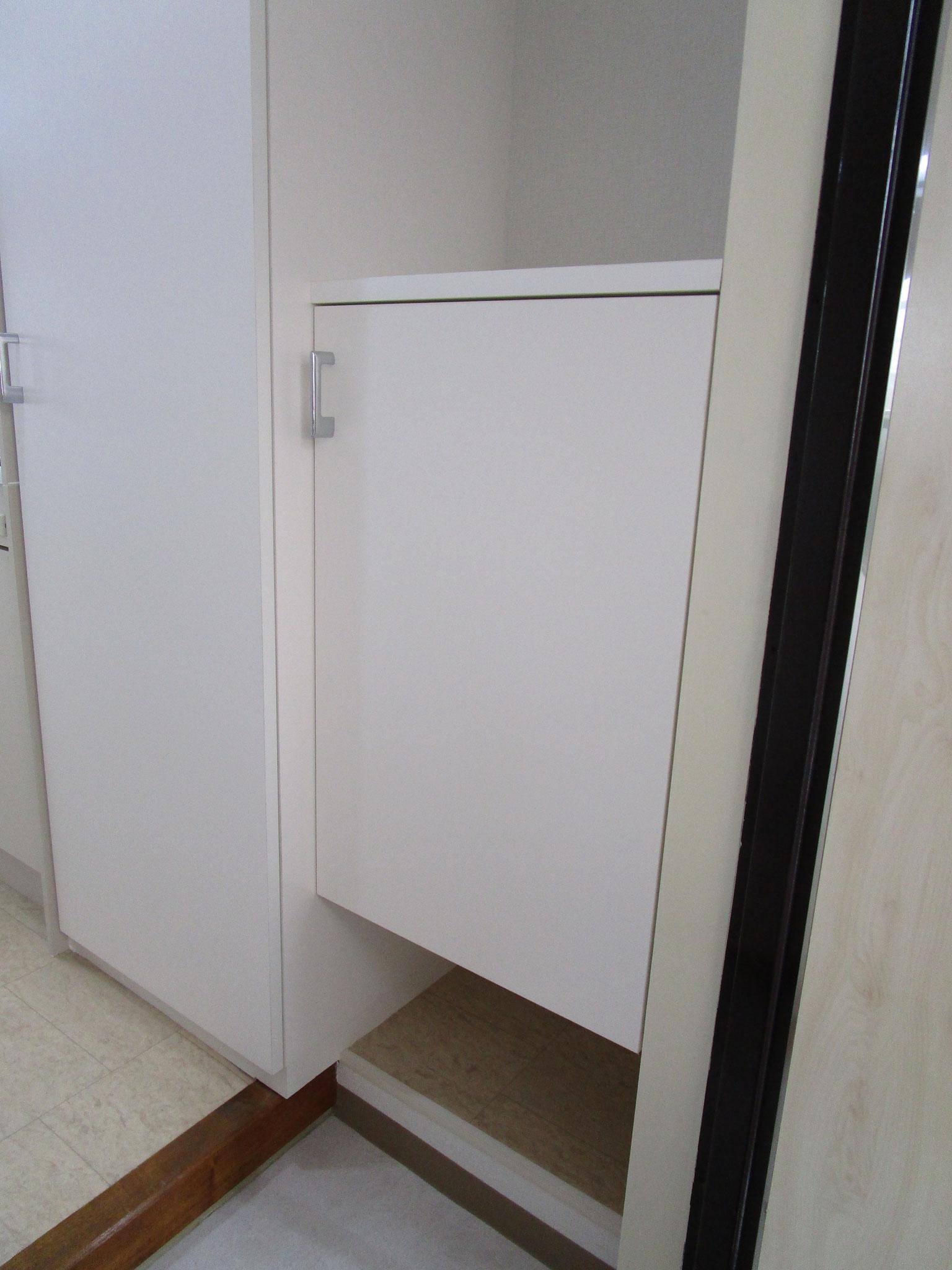 玄関内右側には下駄箱。隣は扉付きの物入れ