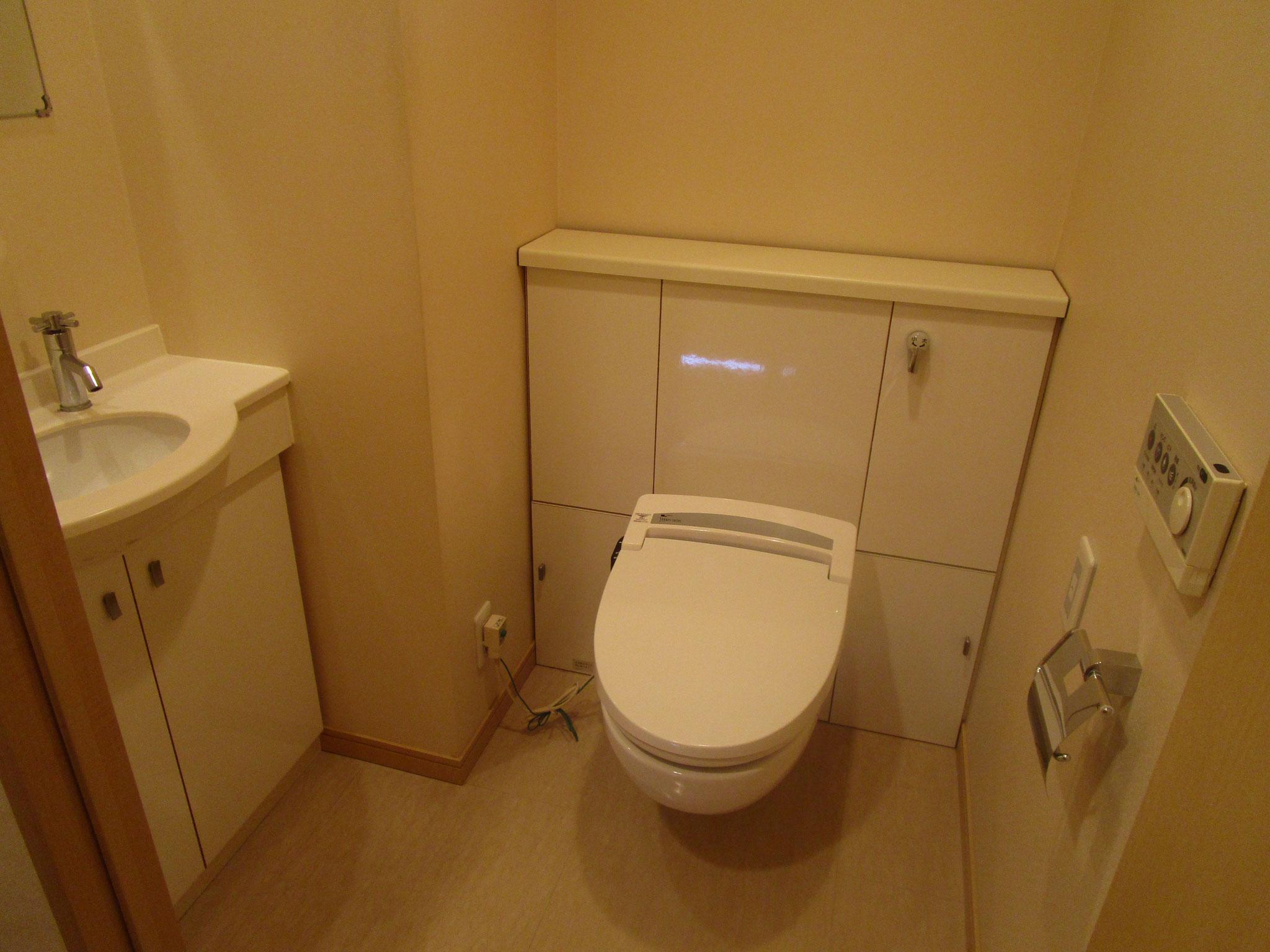 鏡付きの手洗いのあるトイレ
