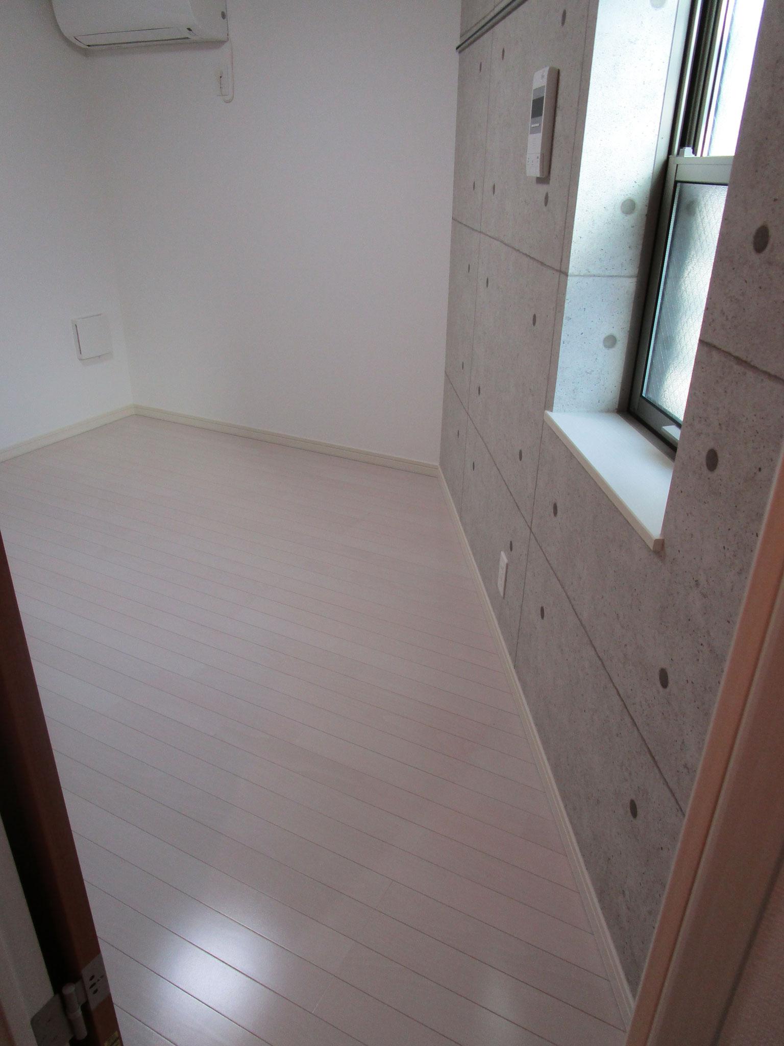 奥の居室へ。小窓があります