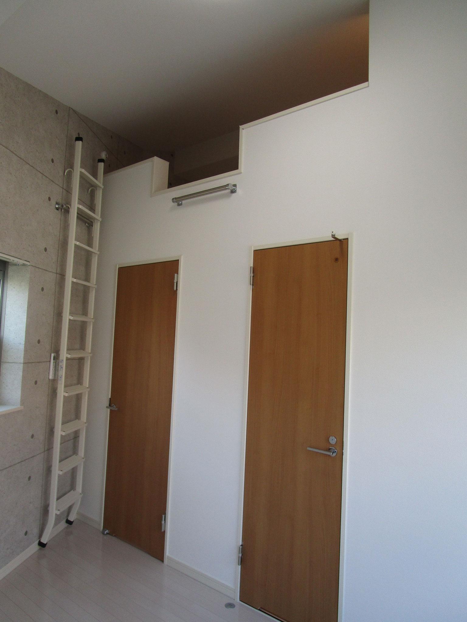 ロフトへのはしごは可動式で、これは、壁際に収納した状態