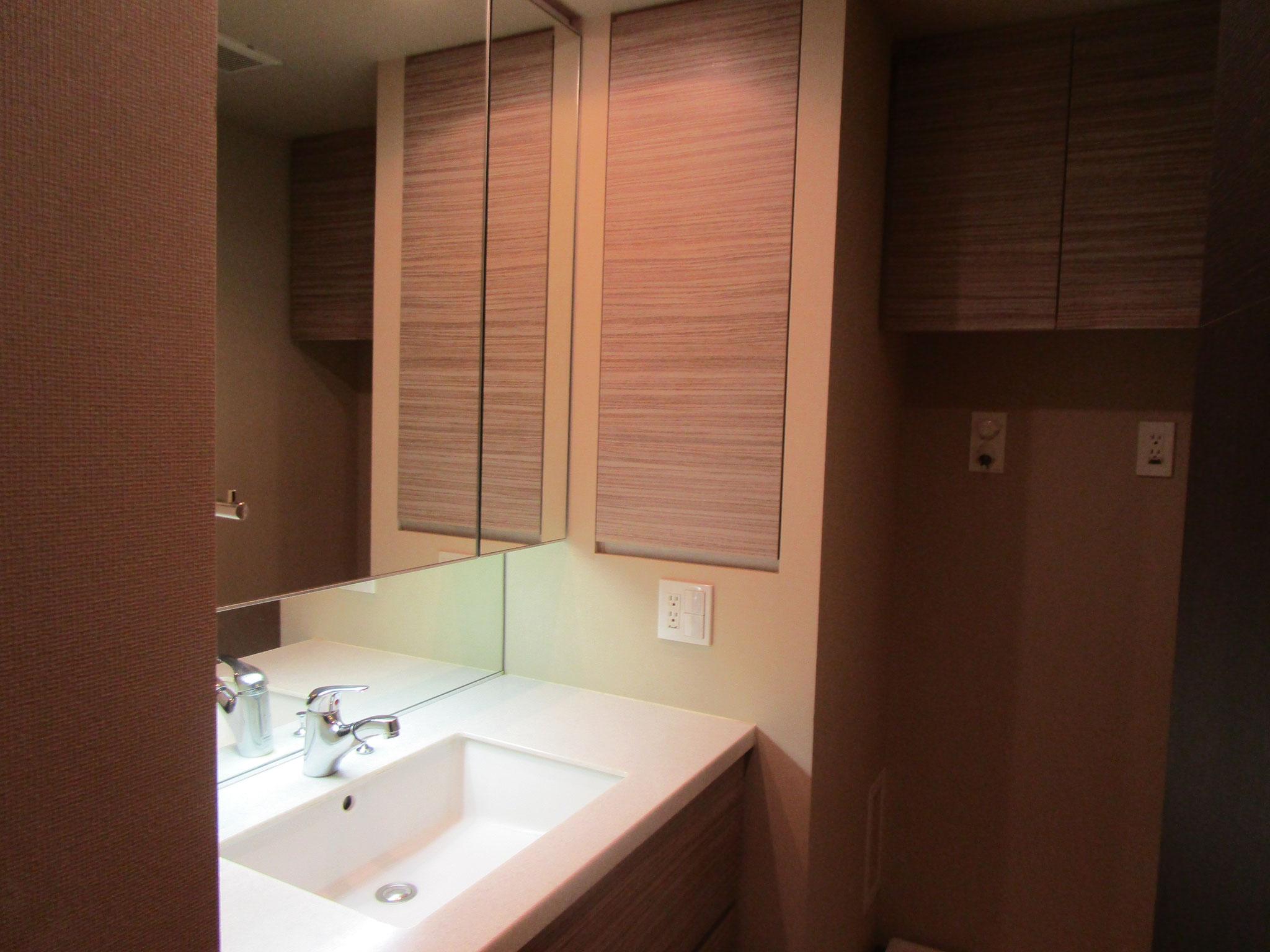 洋室の向かいは洗面室と浴室(リネン庫付き)