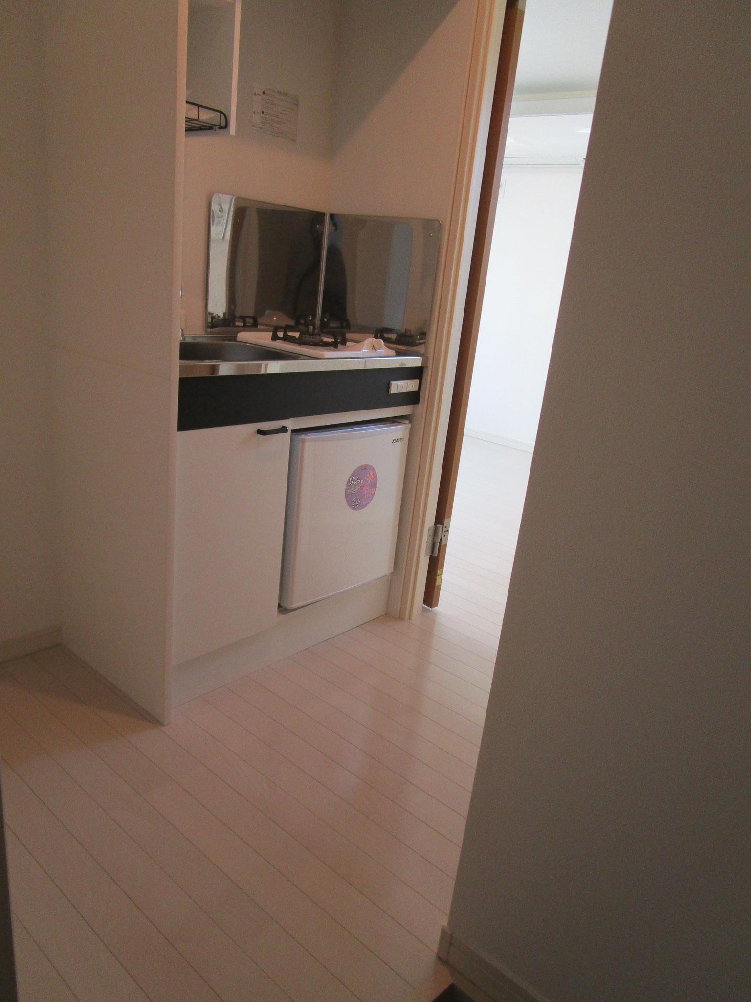左に洗濯機置場とキッチン