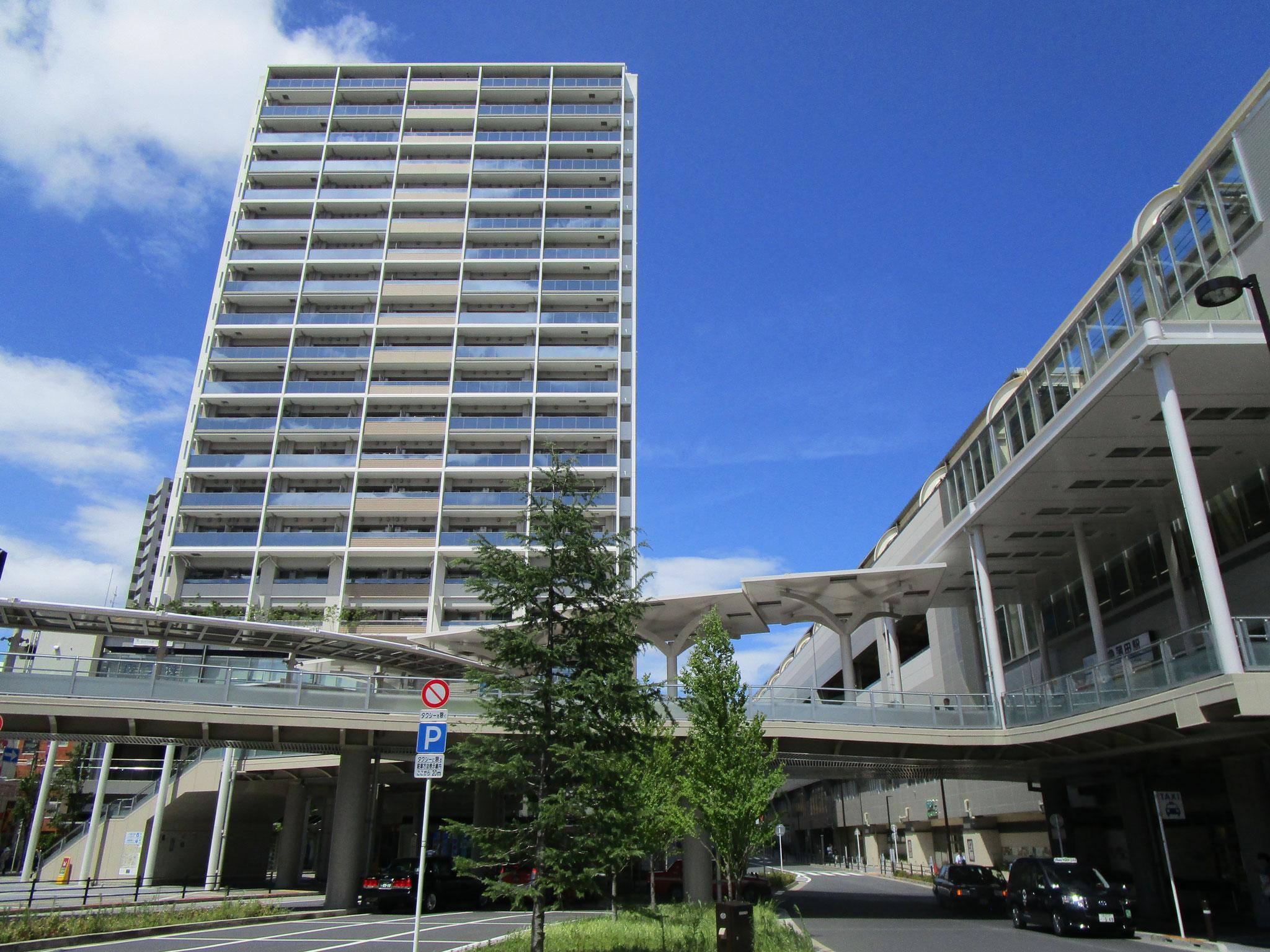 西口駅前ロータリー。こちらにも駅直結の歩道橋あり。正面のマンションの下部が「あすとウィズ」です