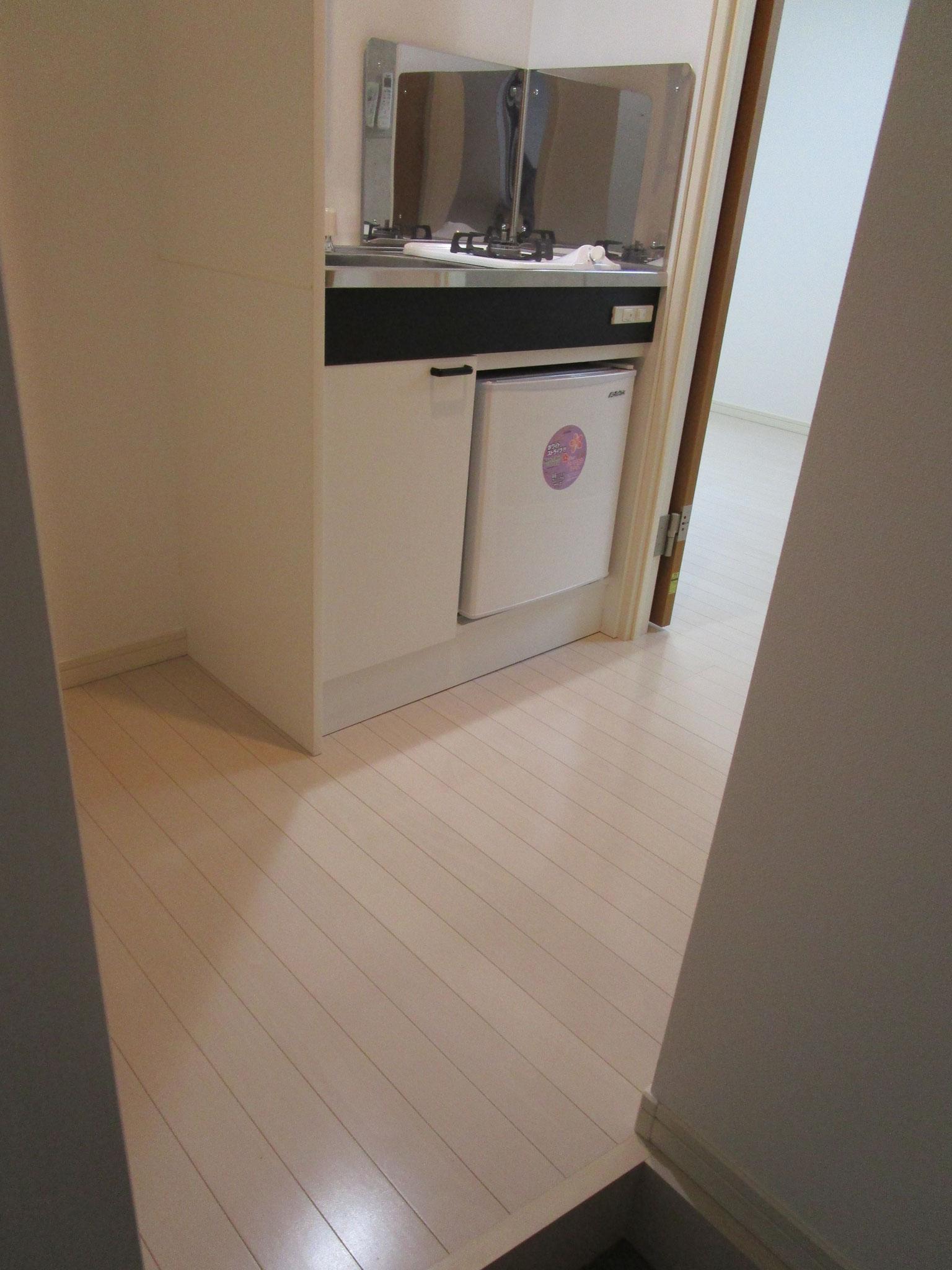 手前が洗濯機置場、その隣がキッチン
