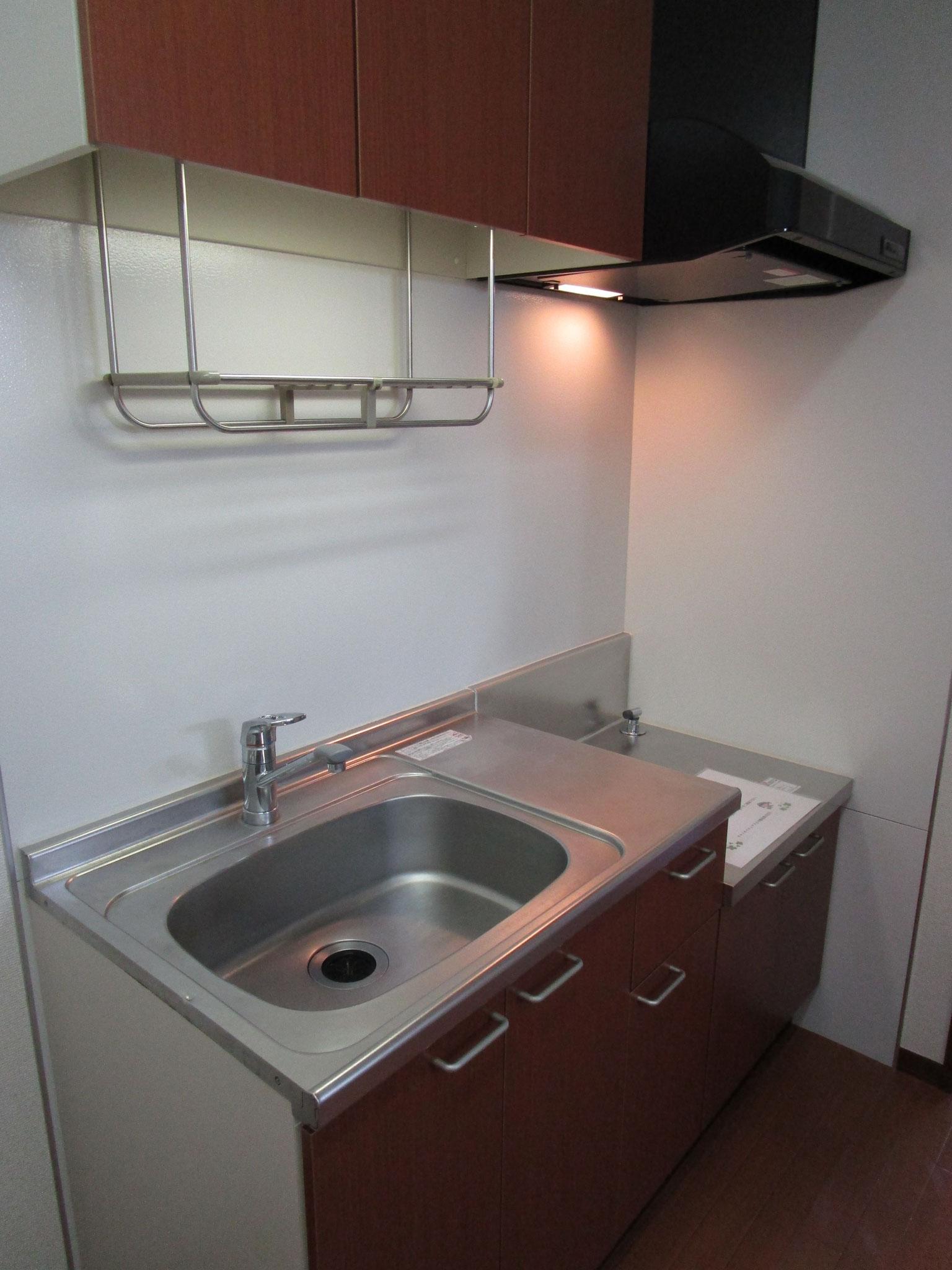 洗面室の向い側はキッチン。上部に戸棚付き