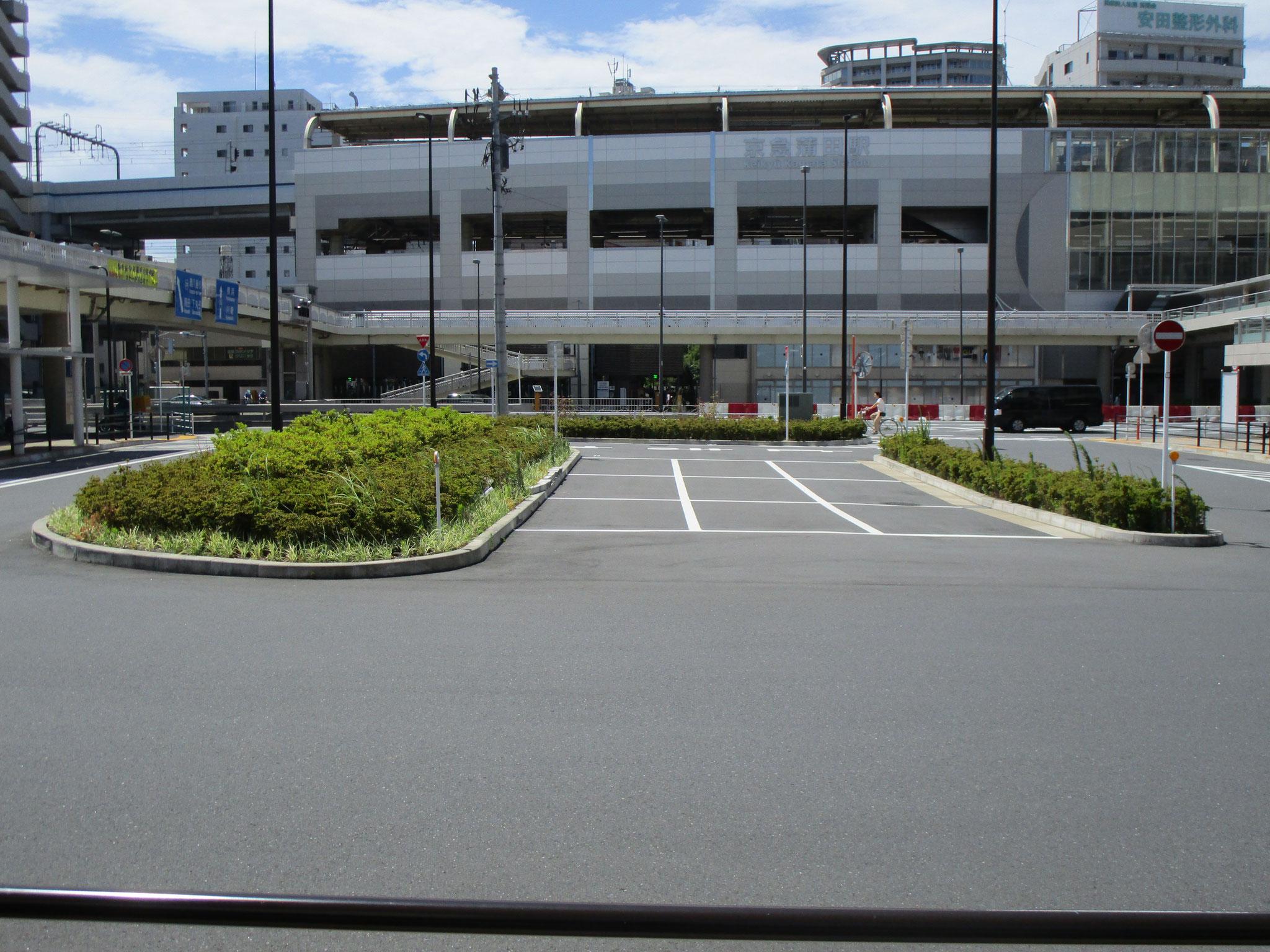 「京急蒲田駅」東口。国道15号線をはさんで、ロータリーがあります。