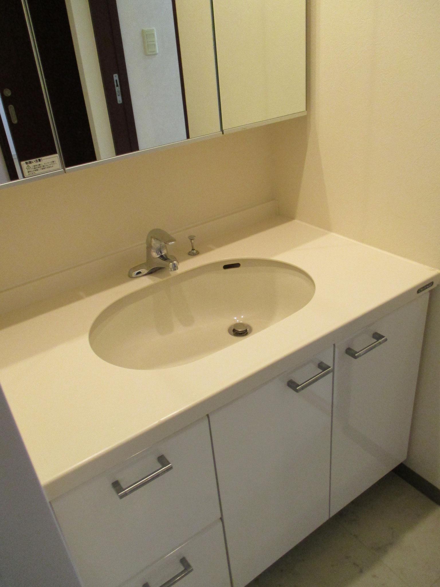 そのお隣は洗面室。三面鏡付の洗面台。洗濯機置場もあります