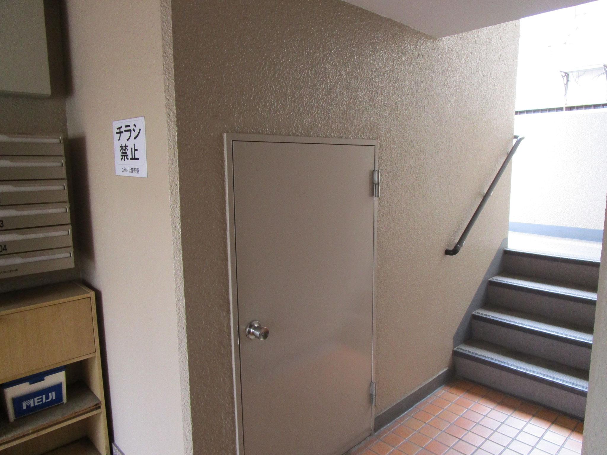 階段には手摺り付き