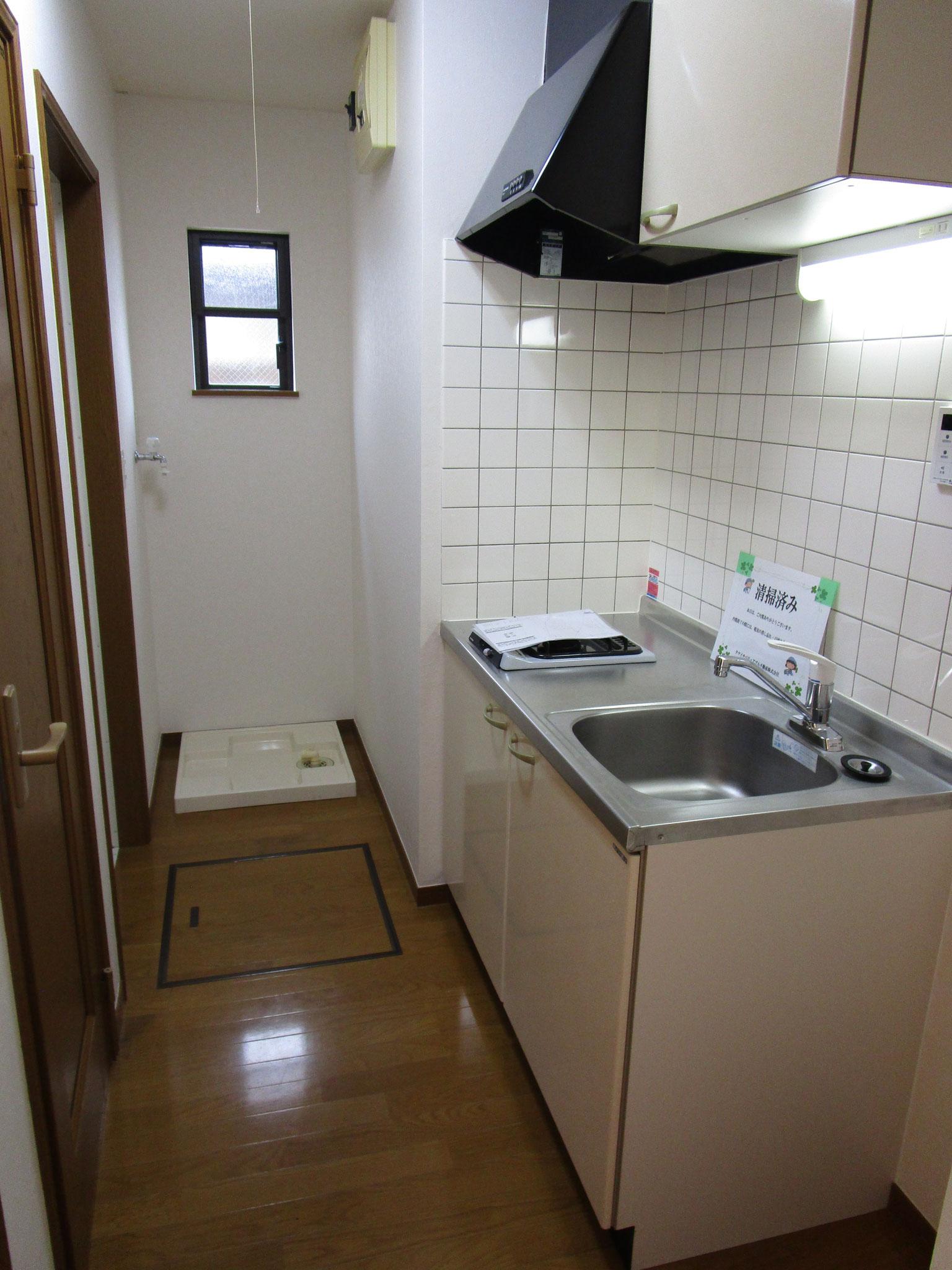 廊下の手前を左に入るとキッチン。向かい側は靴入れ、トイレ、浴室