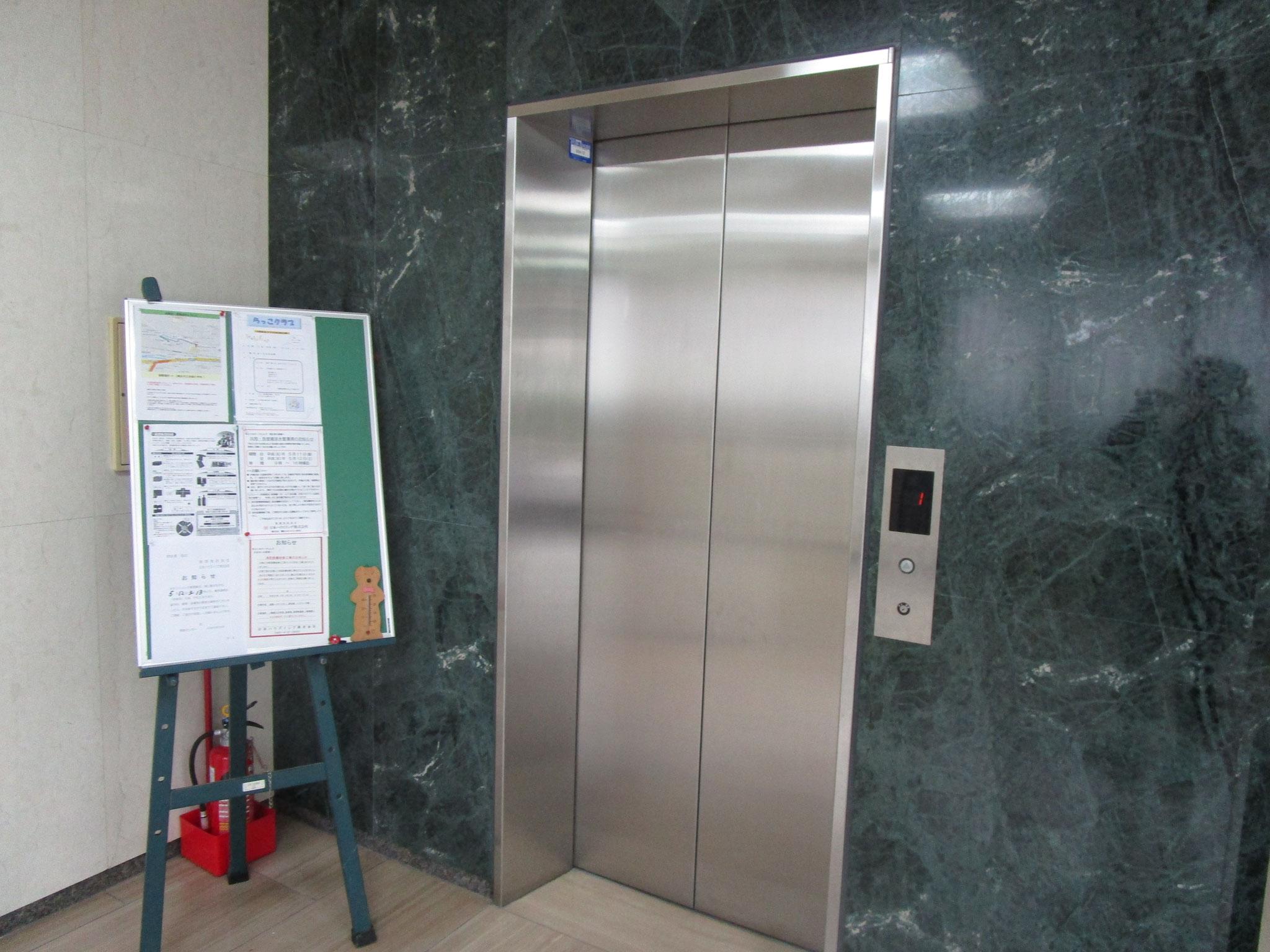 掲示板とエレベーターあり