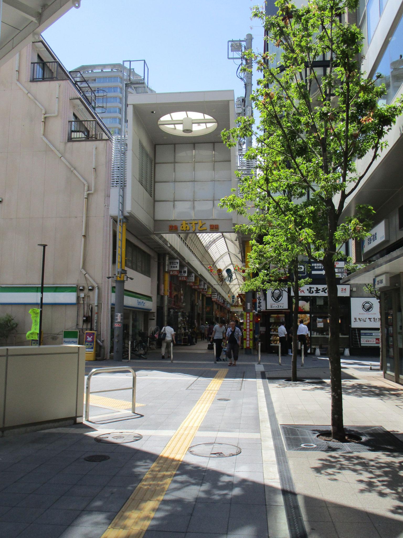 そのお隣、駅の向い側にはアーケードの京浜蒲田商店街「あすと」の入り口