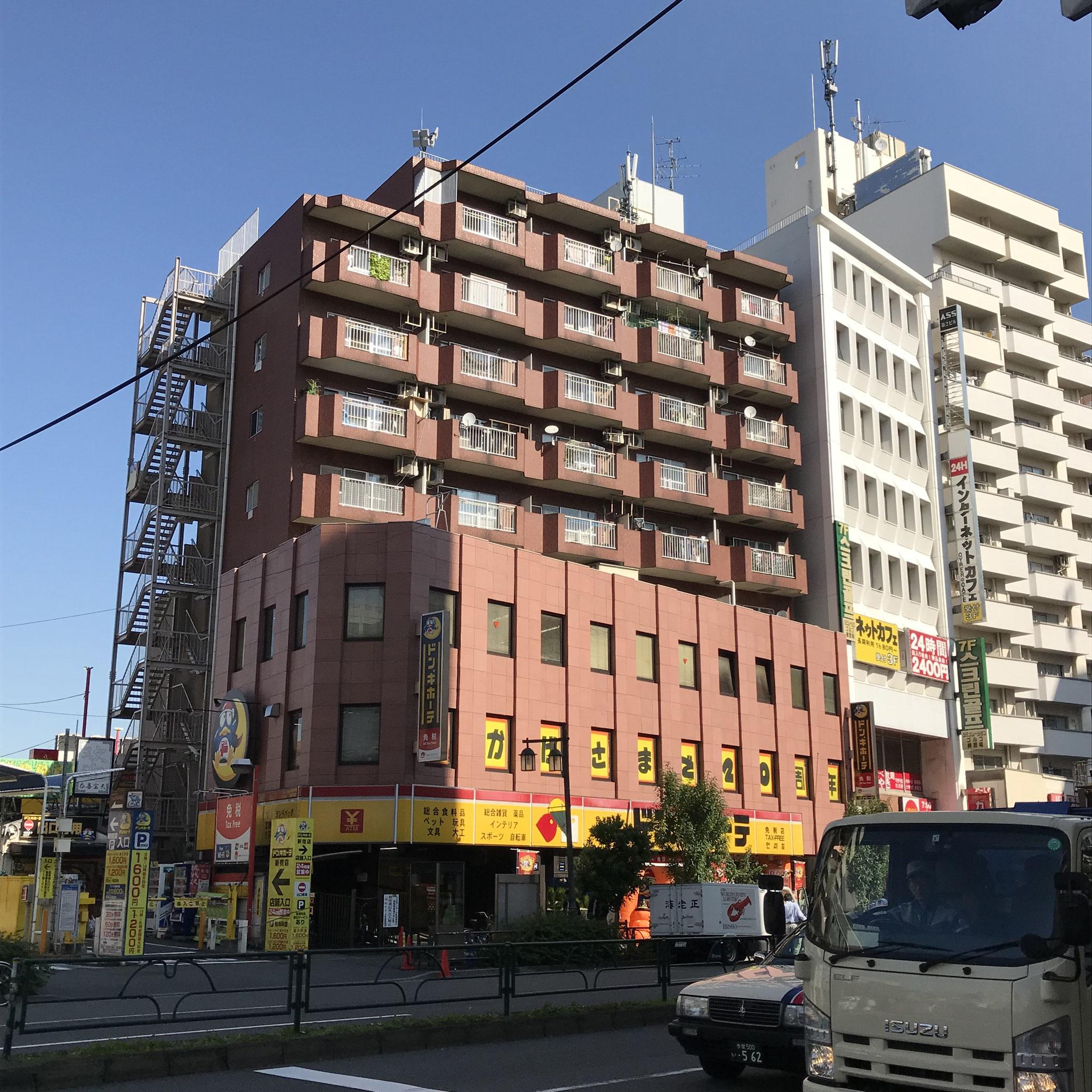 右はじの白い建物が「カーサ第二新宿」です