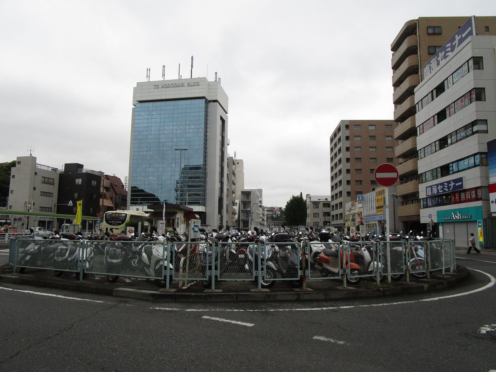 ロータリーの中心には駐輪場・バイク置場(125㏄以下)あり