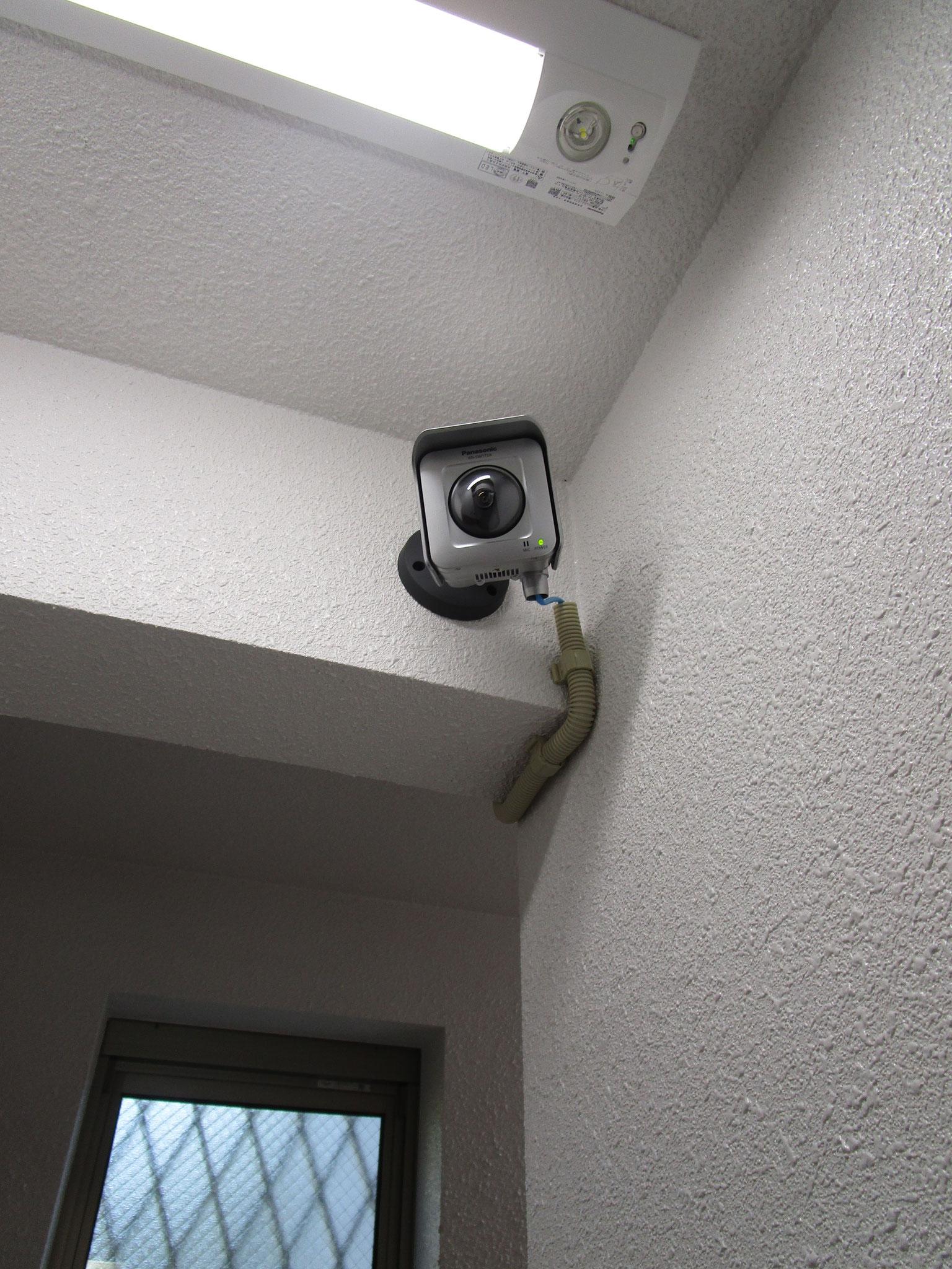 エントランスには防犯カメラ設置