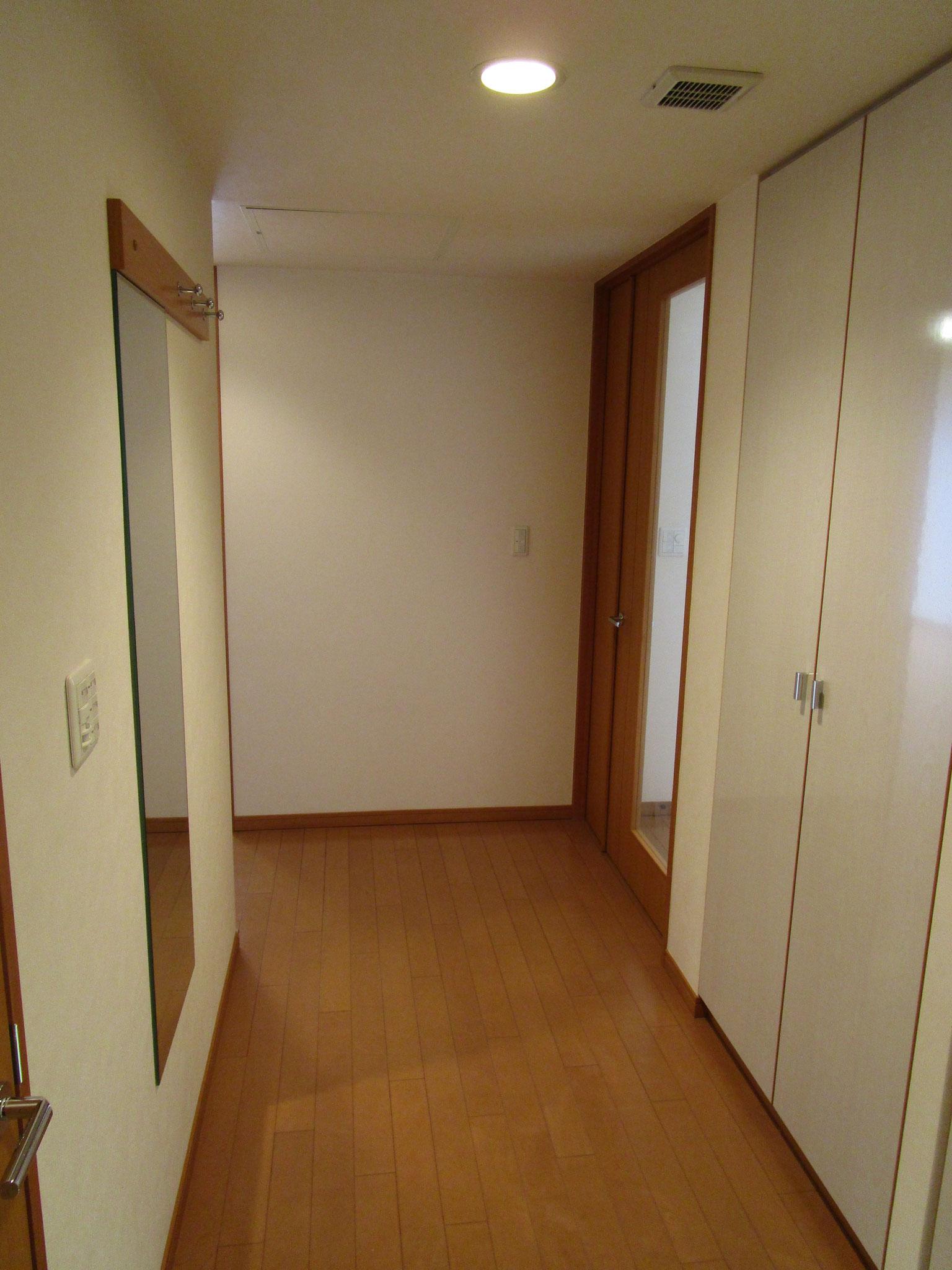 廊下には扉付きの物入れ