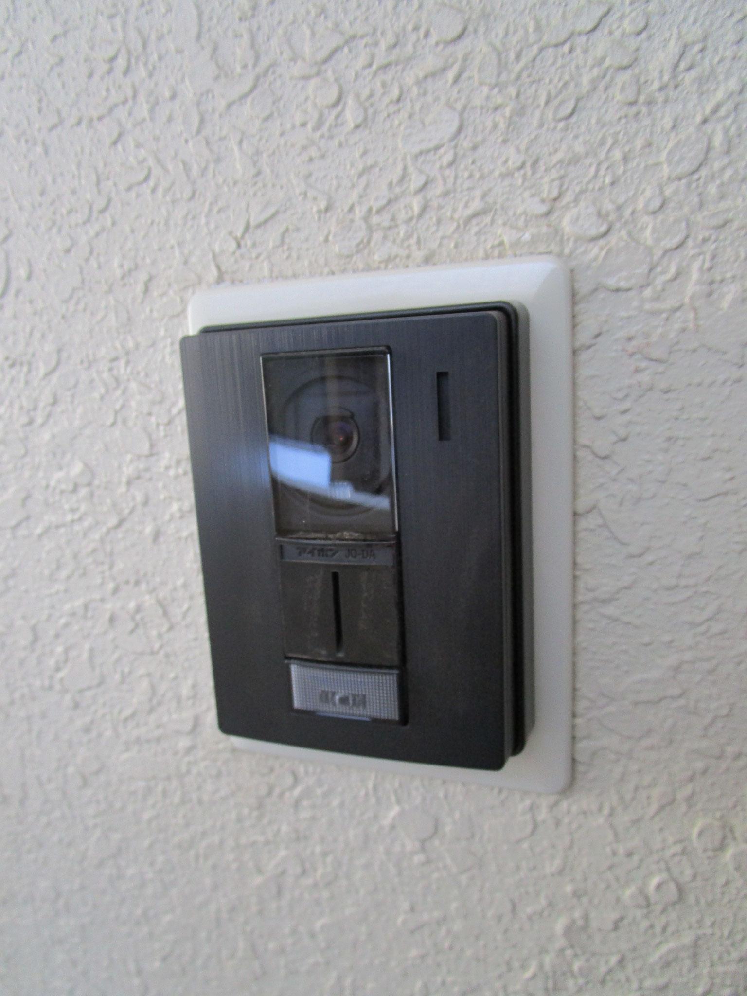 玄関ドアの横にはモニター付きインターホン