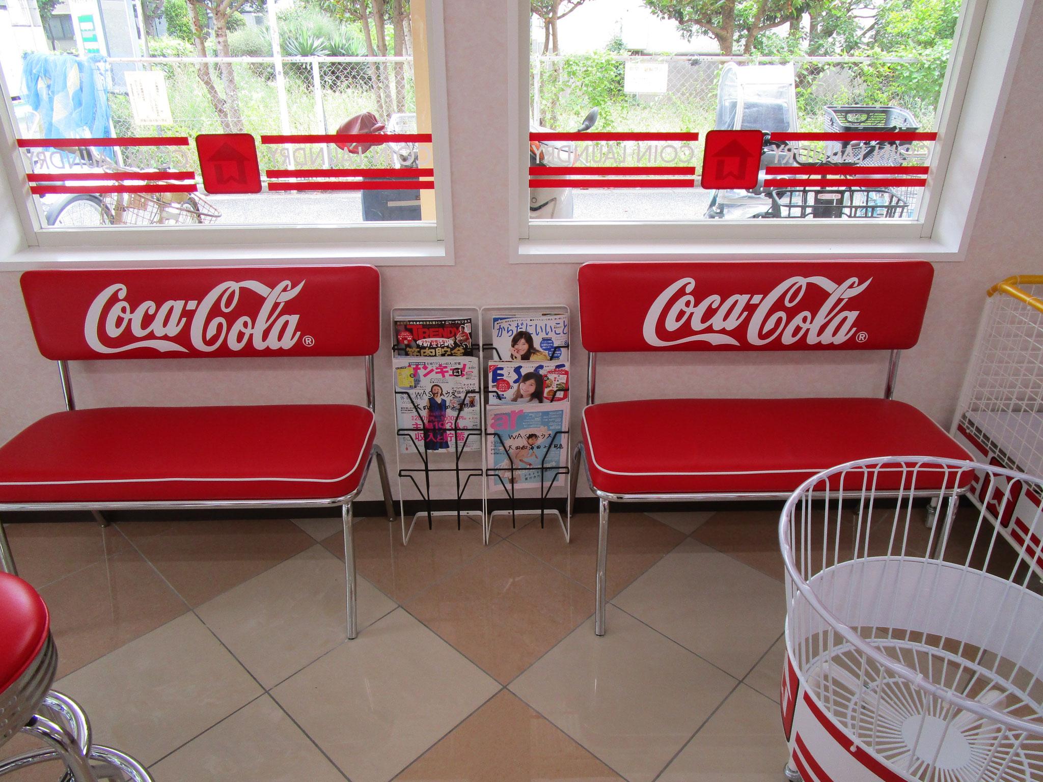 コカ・コーラロゴの待合スペース