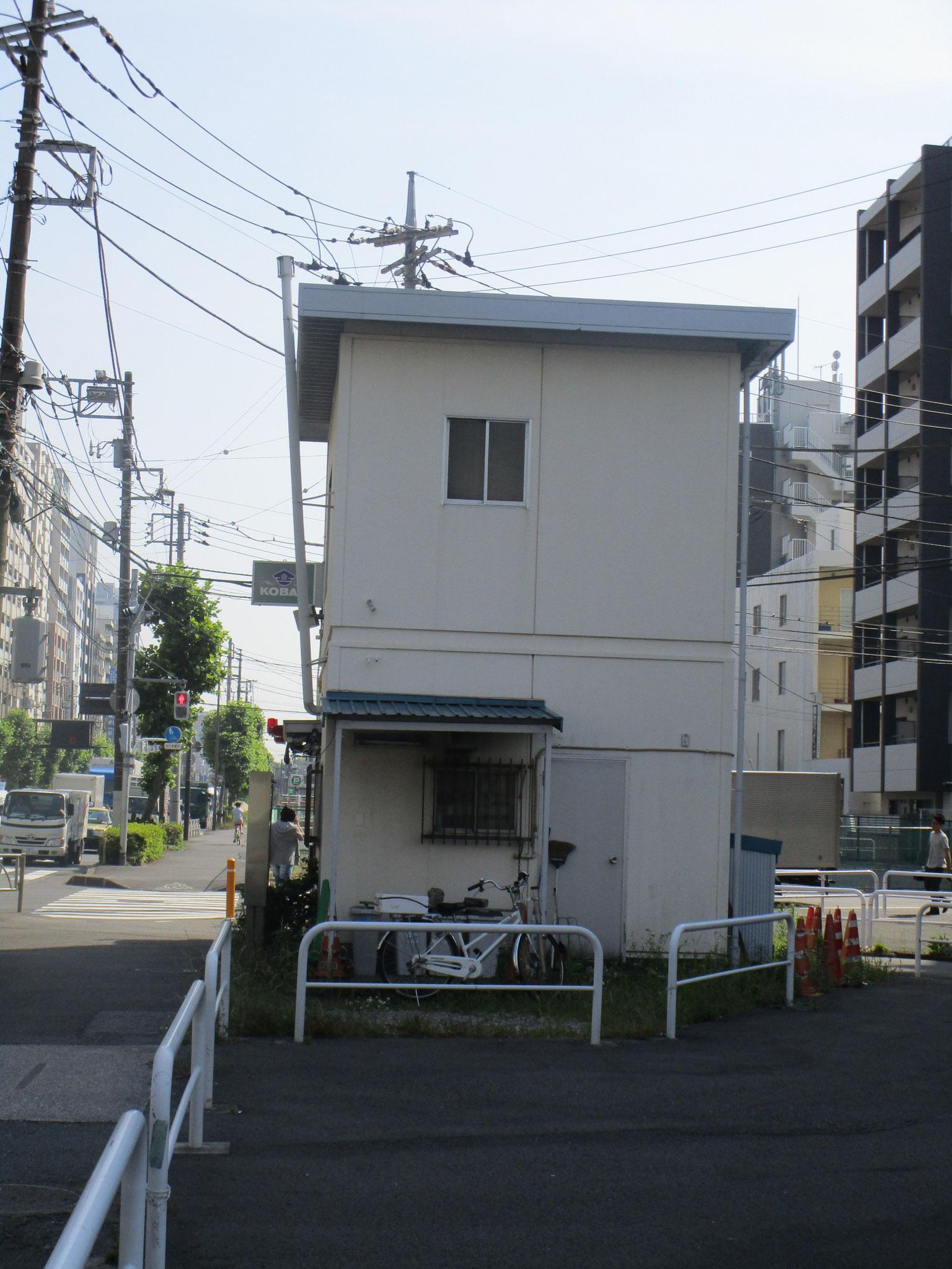 前面道路(第一京浜)を渡った所には交番も。防犯ばっちりです