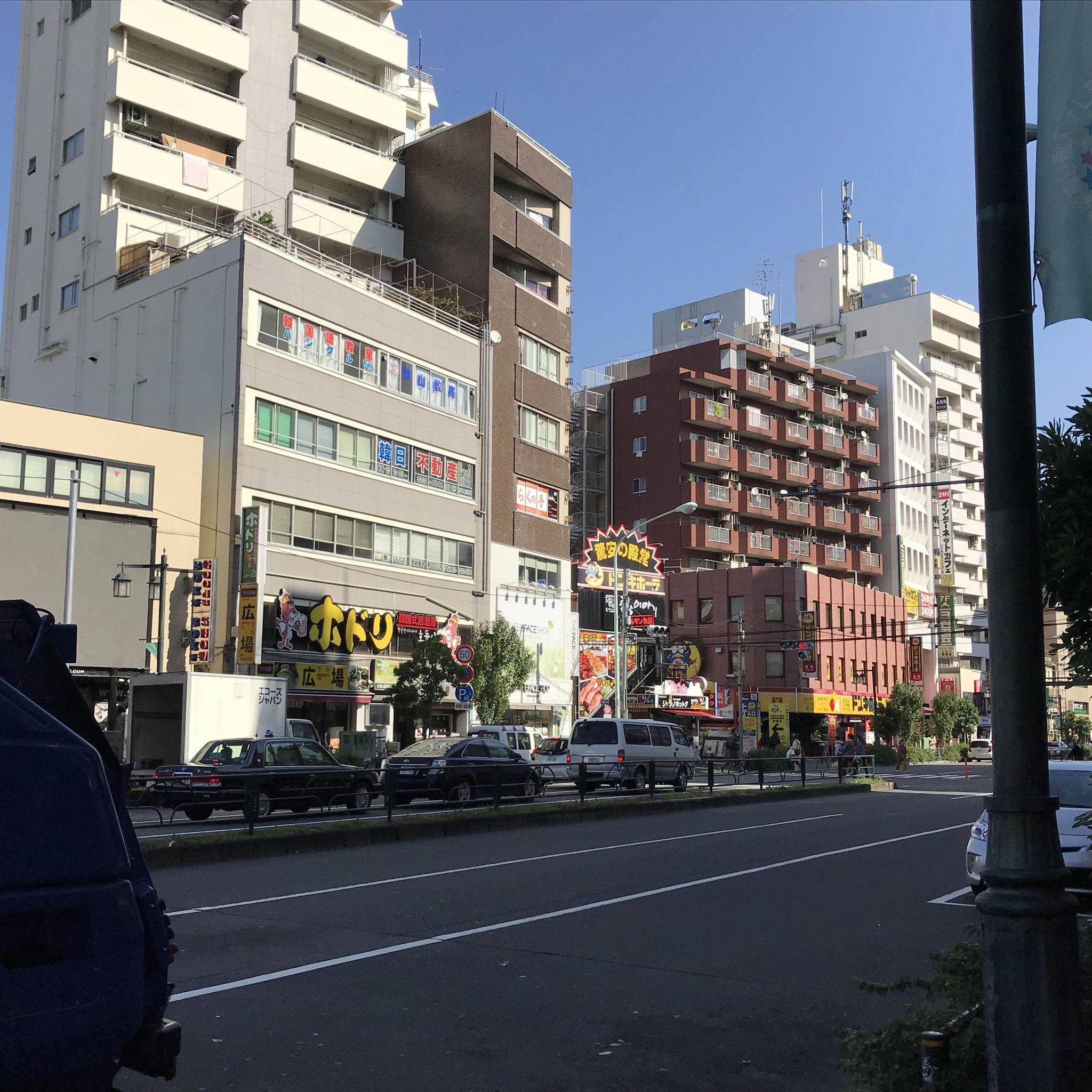その先には地下鉄の「東新宿」駅もあり、交通アクセスが良い立地です