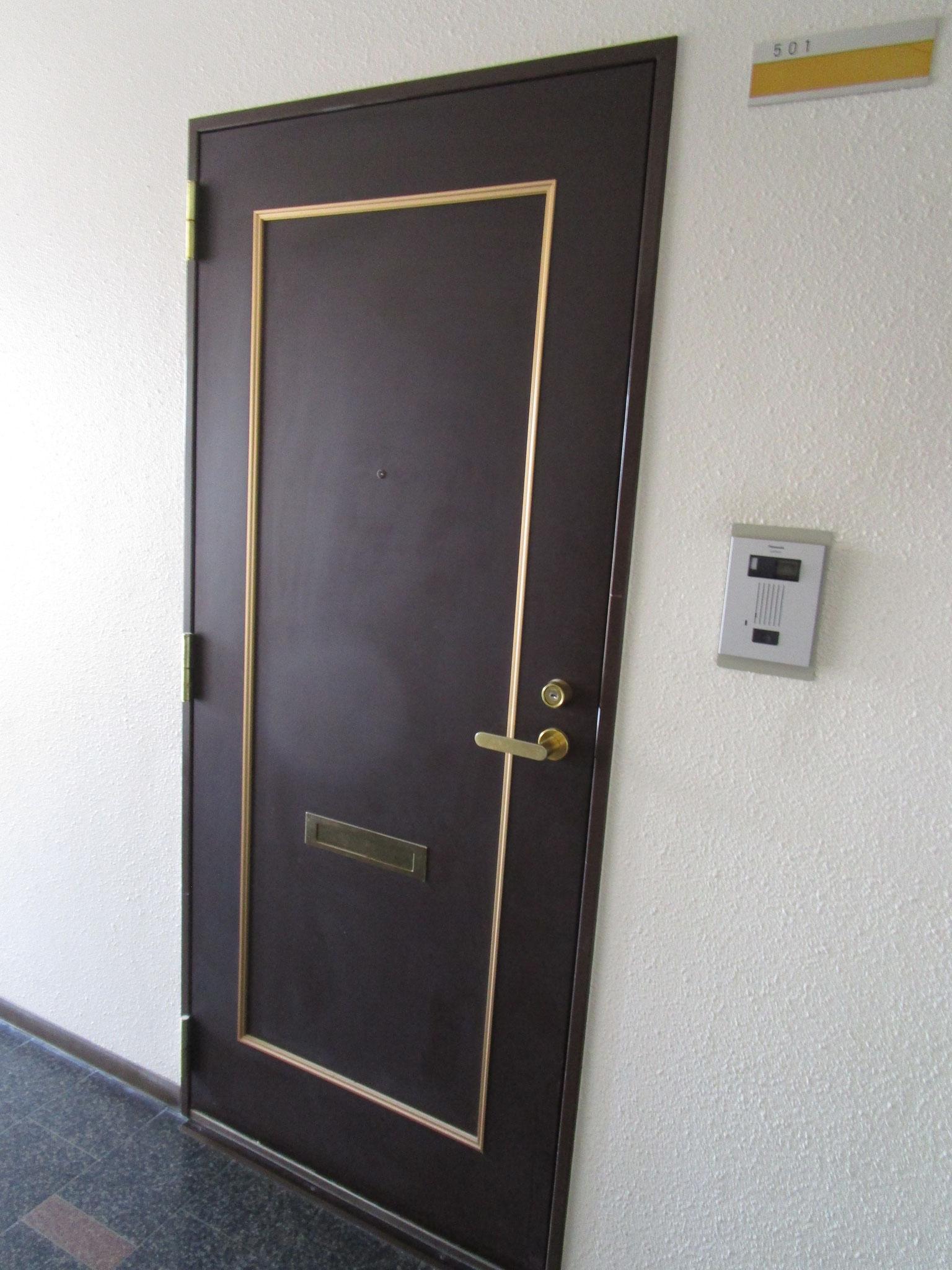 お部屋の玄関前です