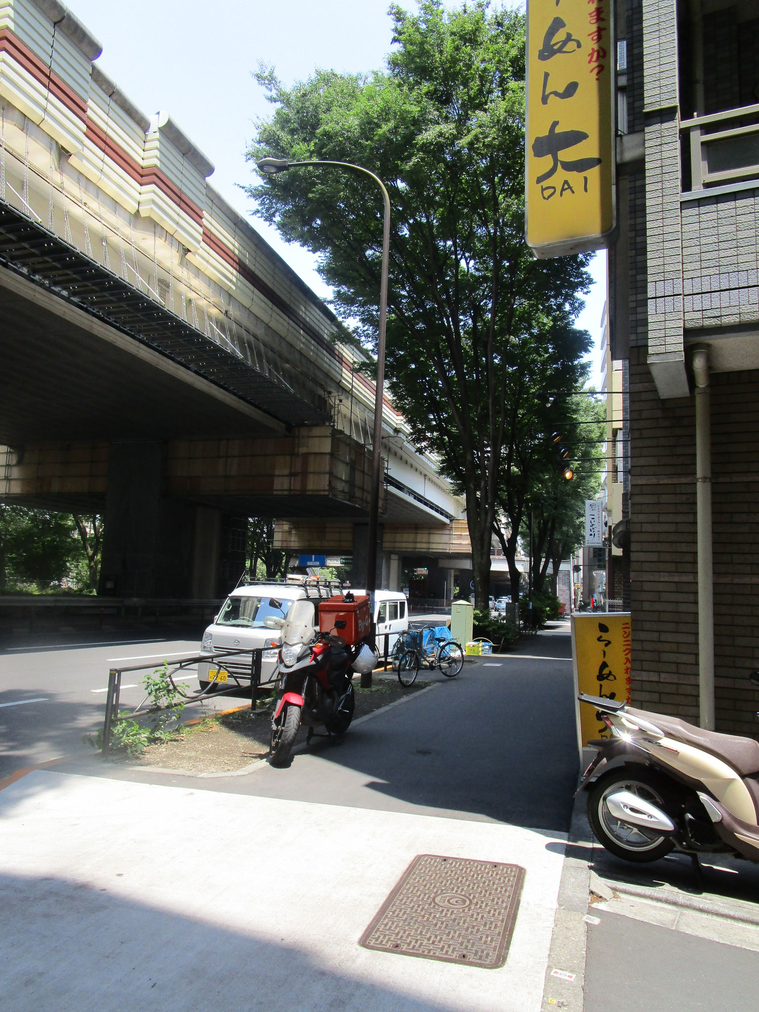 マンション前の道を北に行くとすぐ甲州街道に出ます(上は高速4号新宿線)