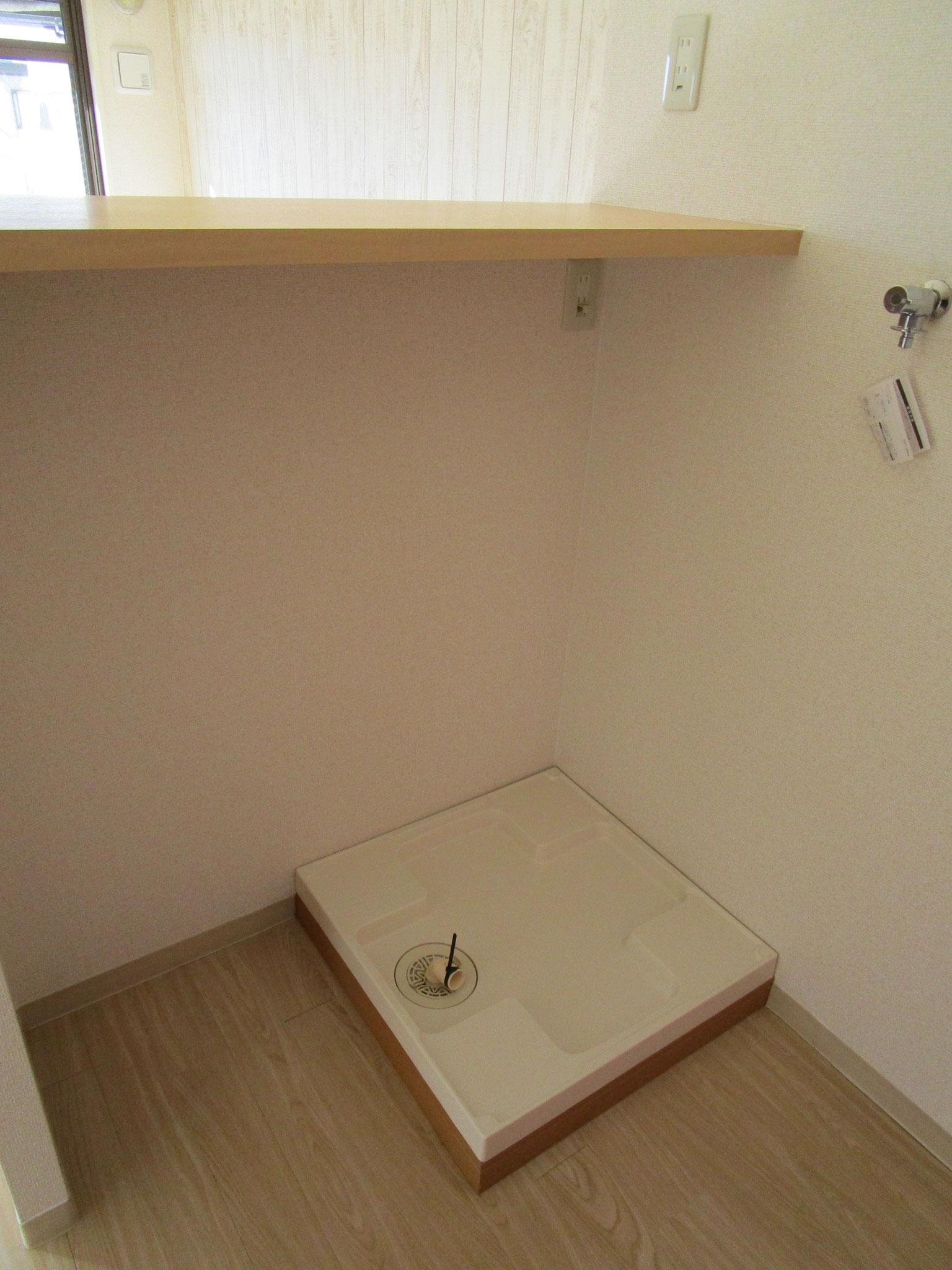 カウンターの下には洗濯機置場。その隣には冷蔵庫置場