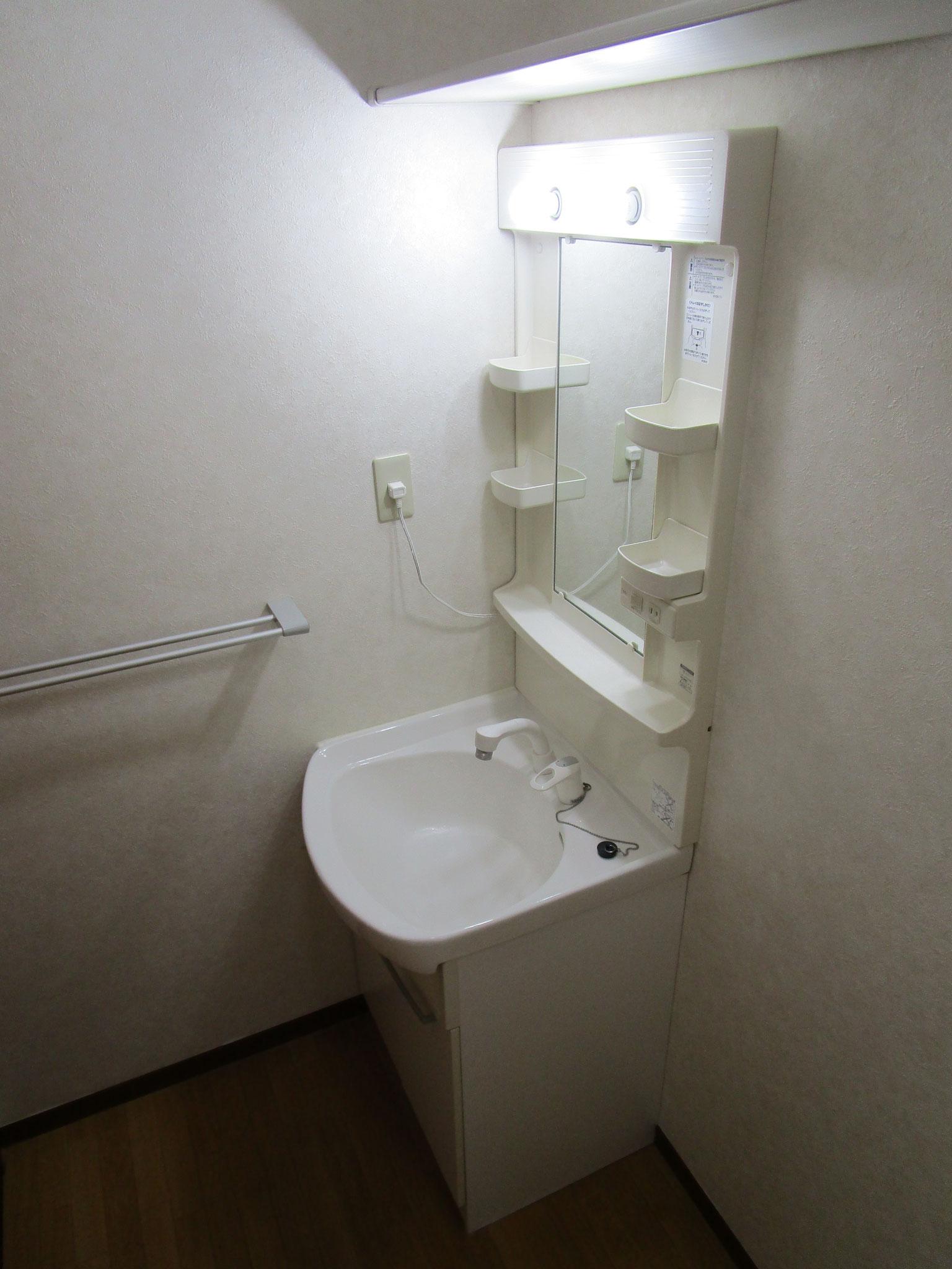 廊下の右側は洗面室。洗面台の横は洗濯機置場