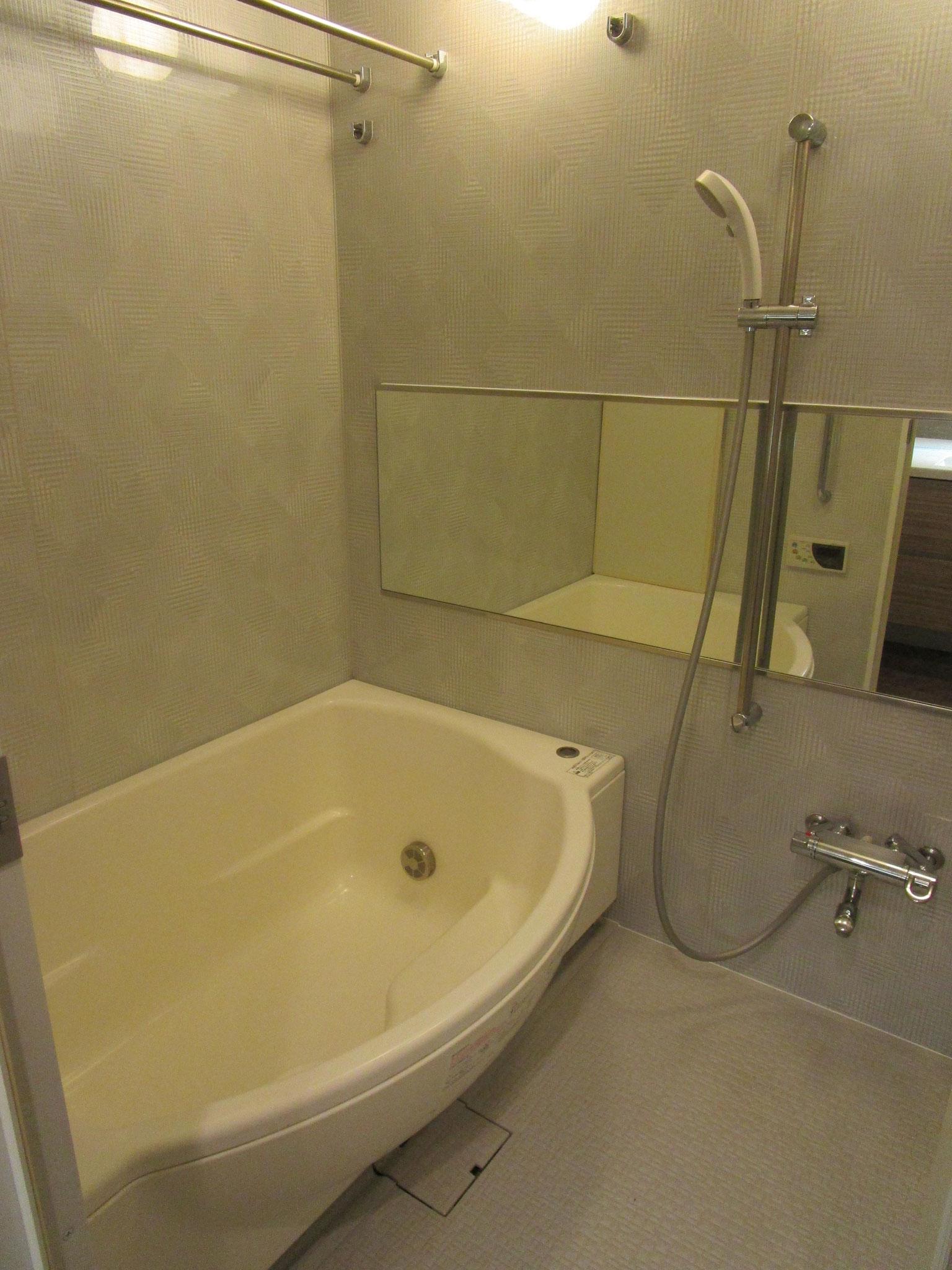 浴室(浴槽形状は大型のシェルタイプです)