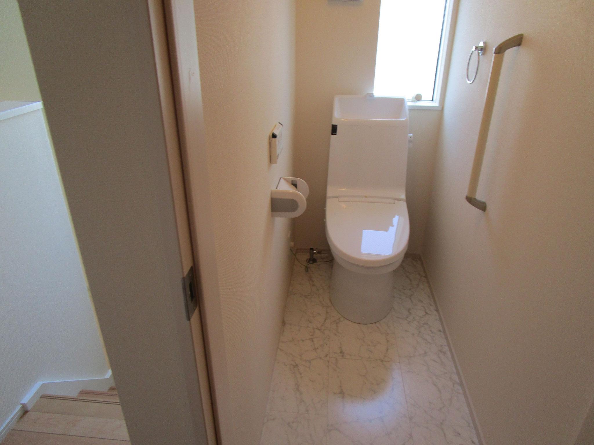 階段のすぐ隣りはトイレ(窓があります)