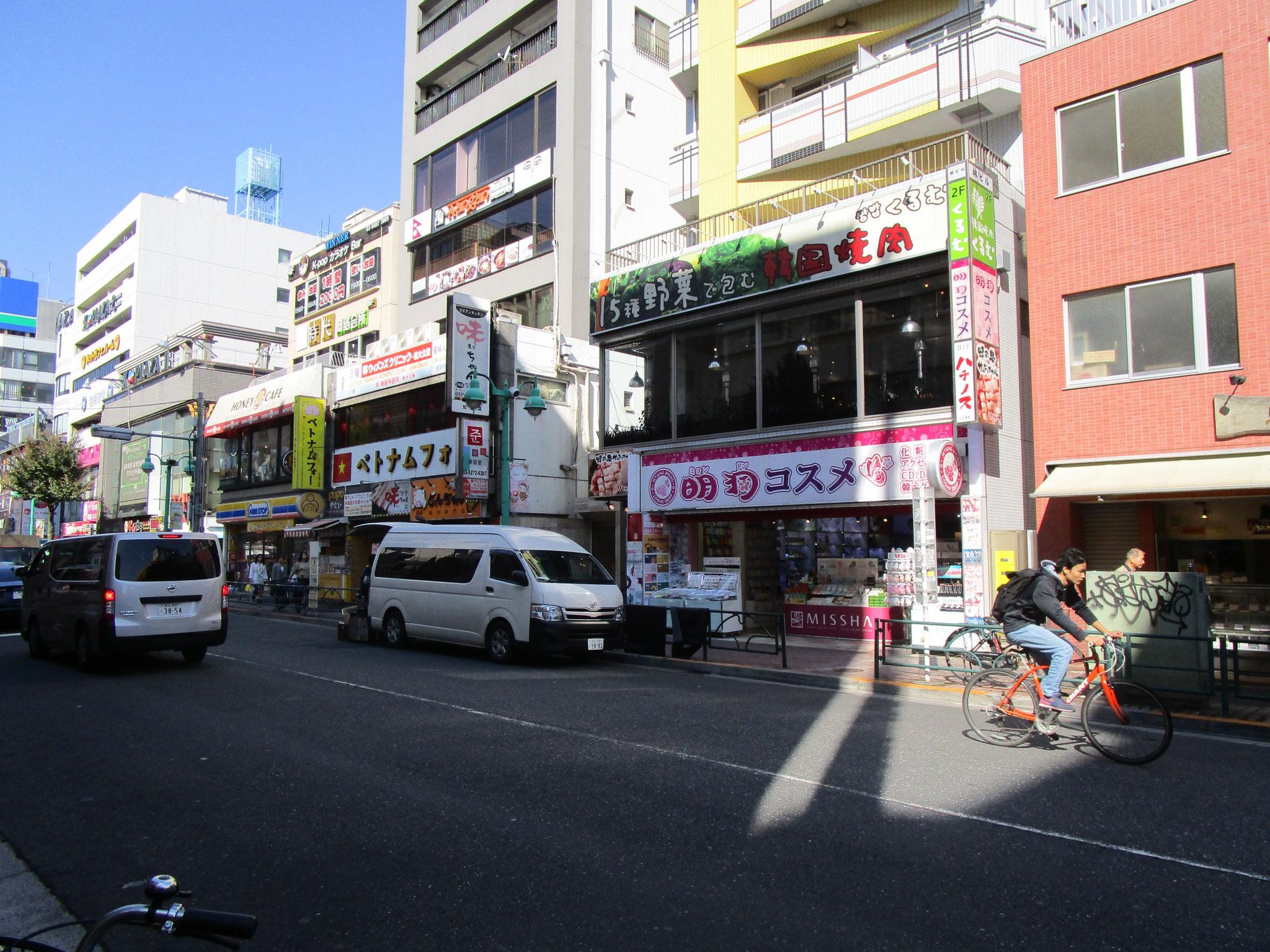 韓国のコスメ・食材・飲食店とコンビニ等が混在しています