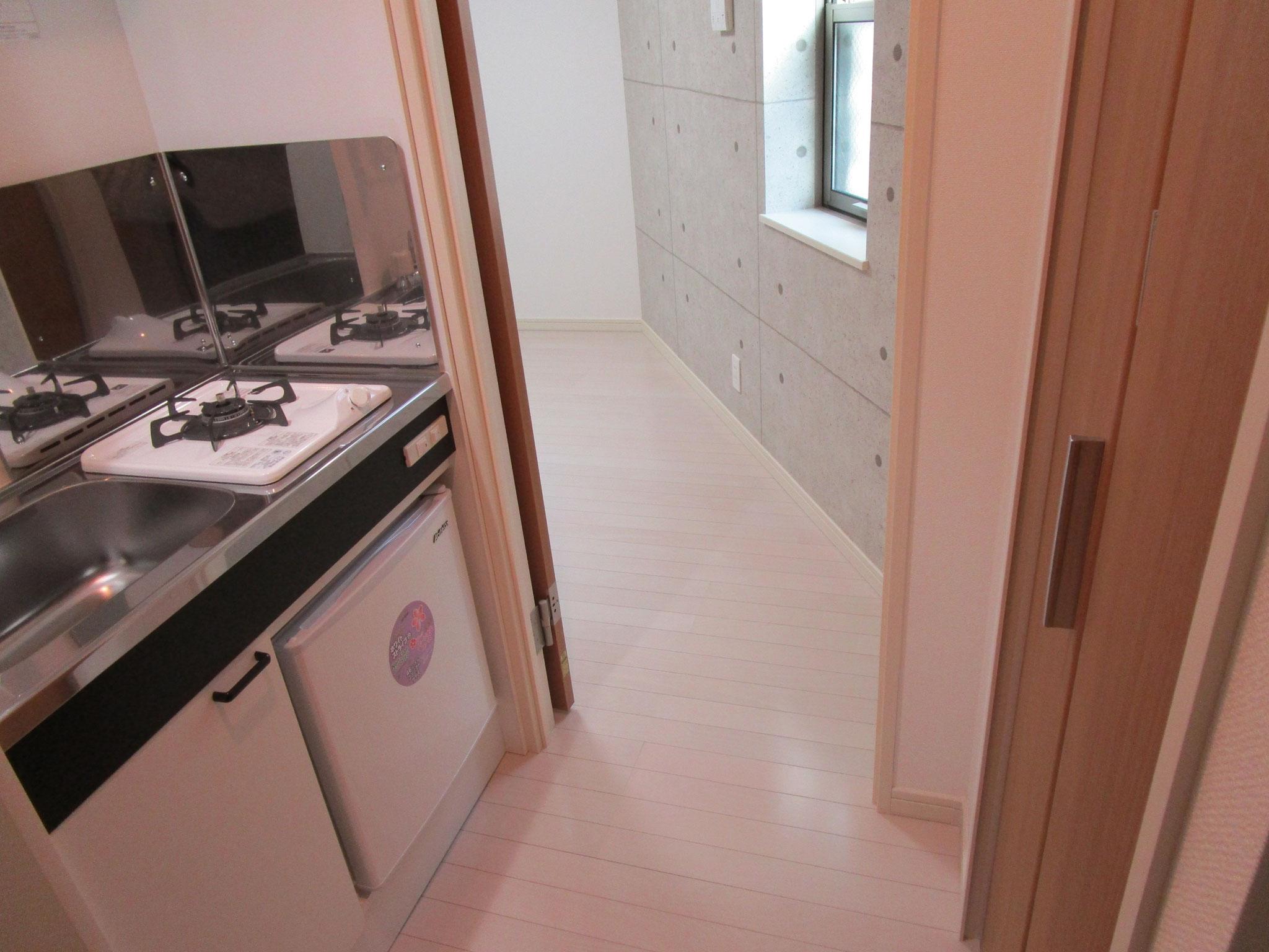 右側は扉付きの収納、左側はキッチン
